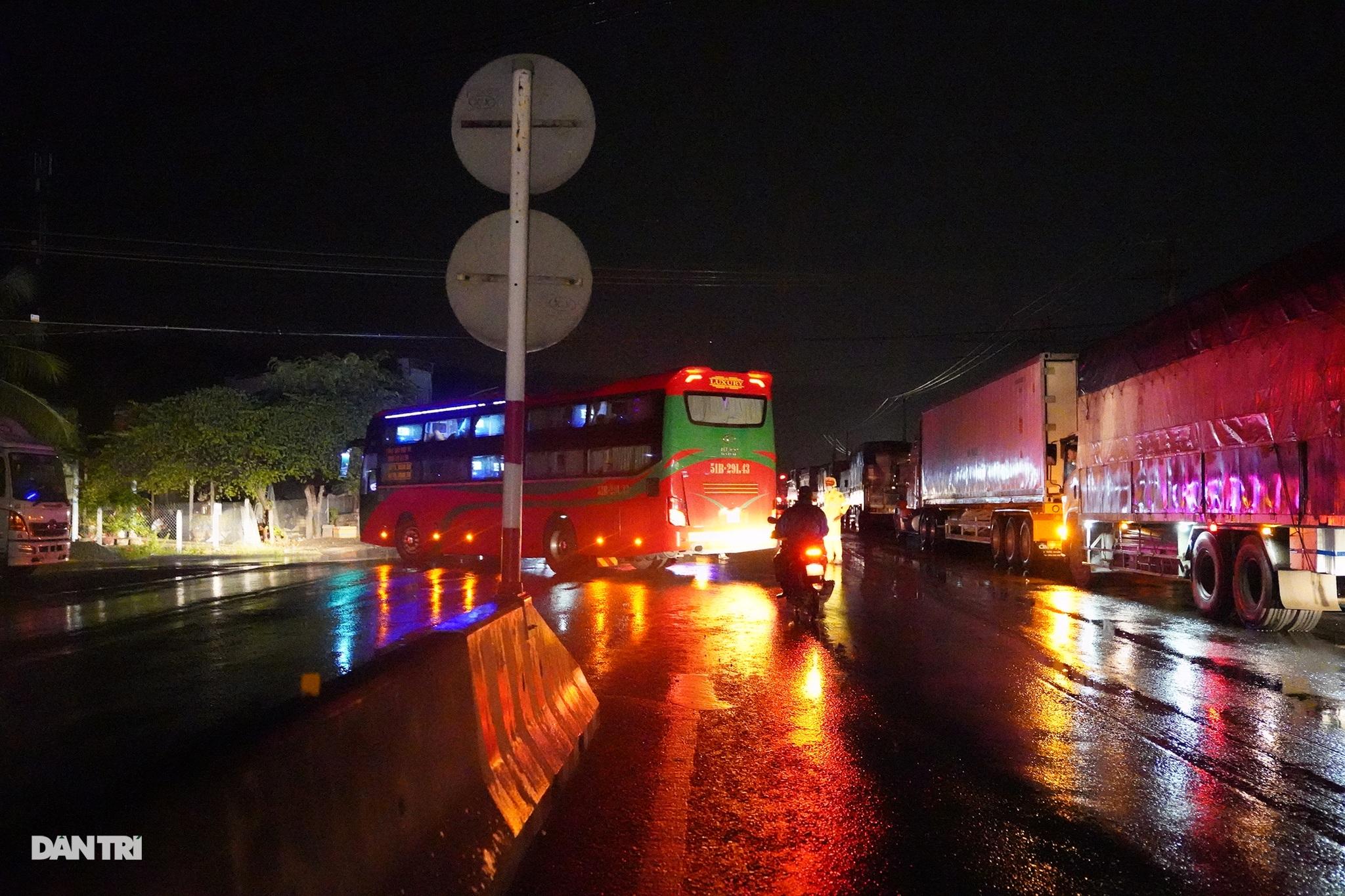 Dòng phương tiện phải quay đầu tránh bão số 9, quốc lộ 1 tắc dài - 1