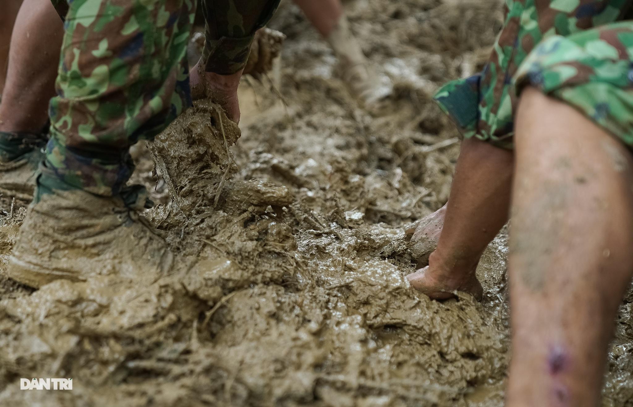Dưới lớp bùn ấy là đồng bào mình không may nằm lại... - 14