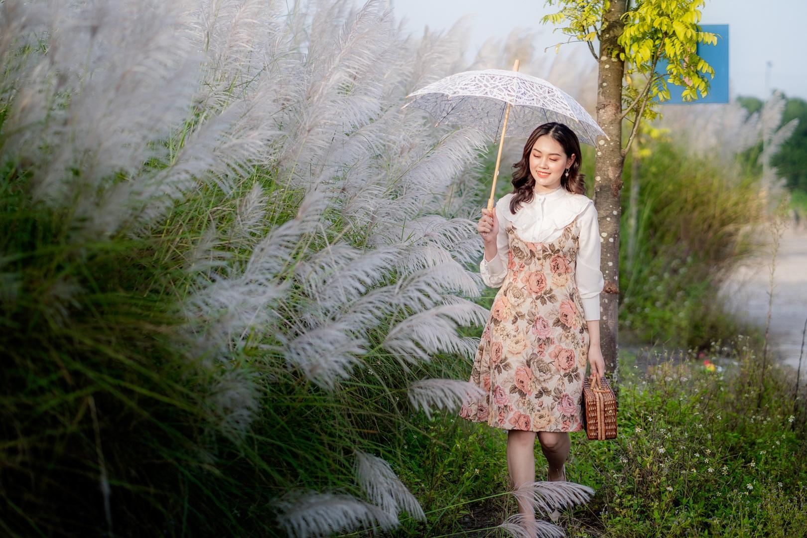 Bãi cỏ lau trắng tuyệt đẹp hút giới trẻ Hà thành tới sống ảo - 3