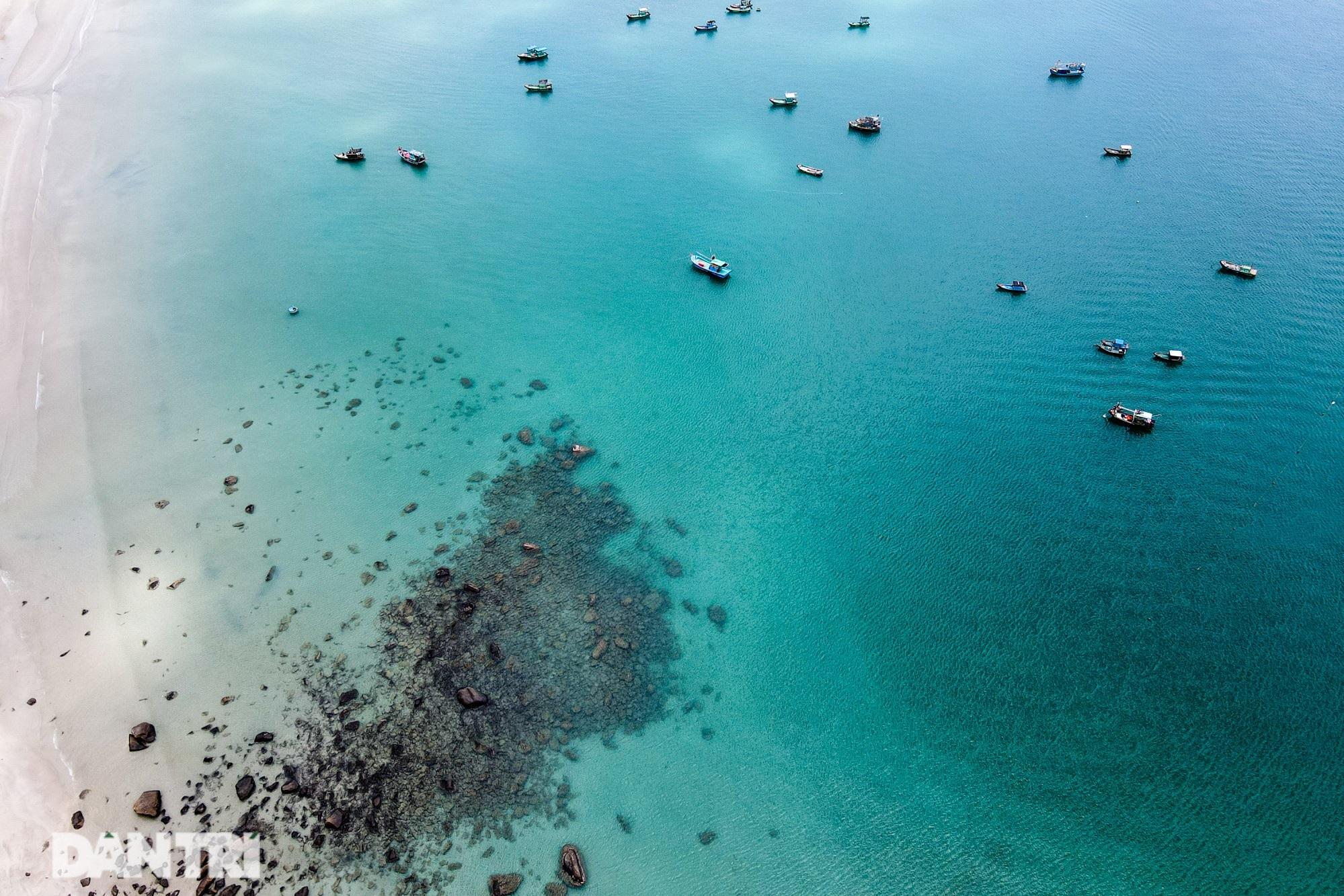 Cảnh vắng bóng du khách ở bãi biển trong xanh nhất thế giới - 14