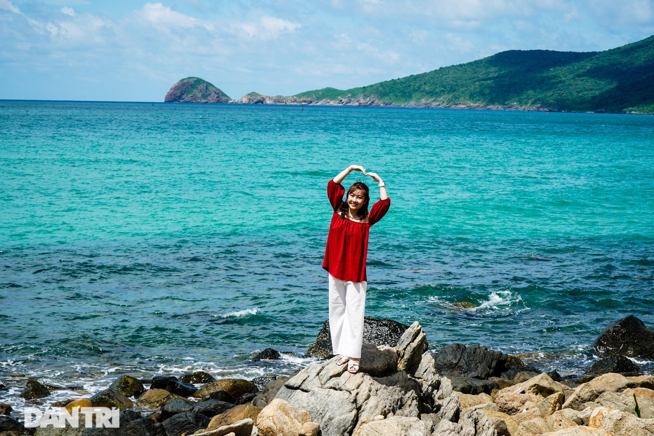 Cảnh vắng bóng du khách ở bãi biển trong xanh nhất thế giới - 9