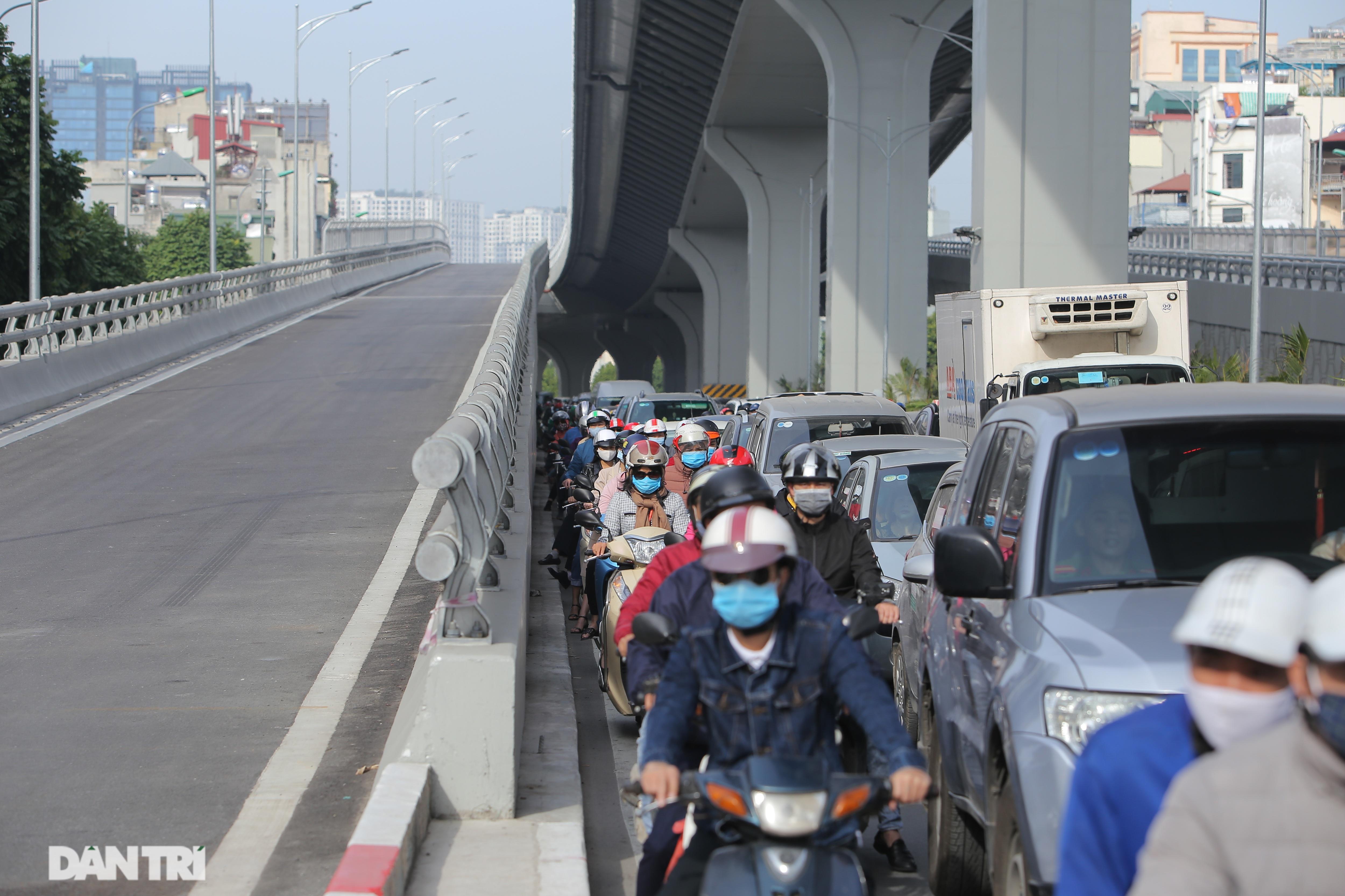 Ngã tư khổ sở tắc vẫn hoàn tắc sau ngày thông xe đường trên cao - 18