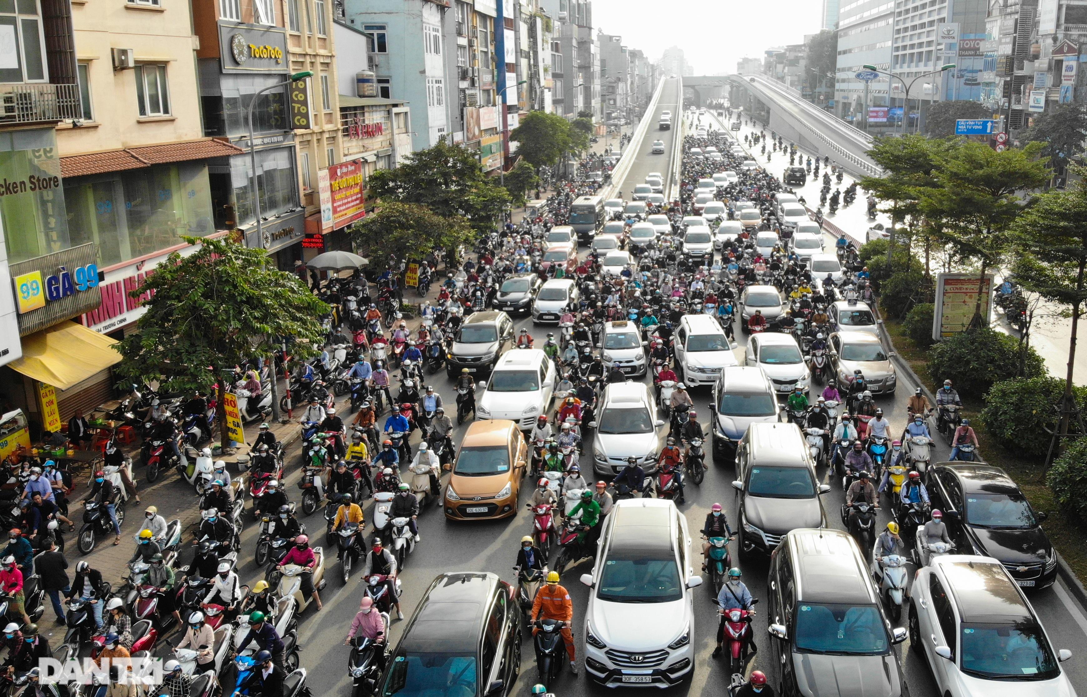 Ngã tư khổ sở tắc vẫn hoàn tắc sau ngày thông xe đường trên cao - 1