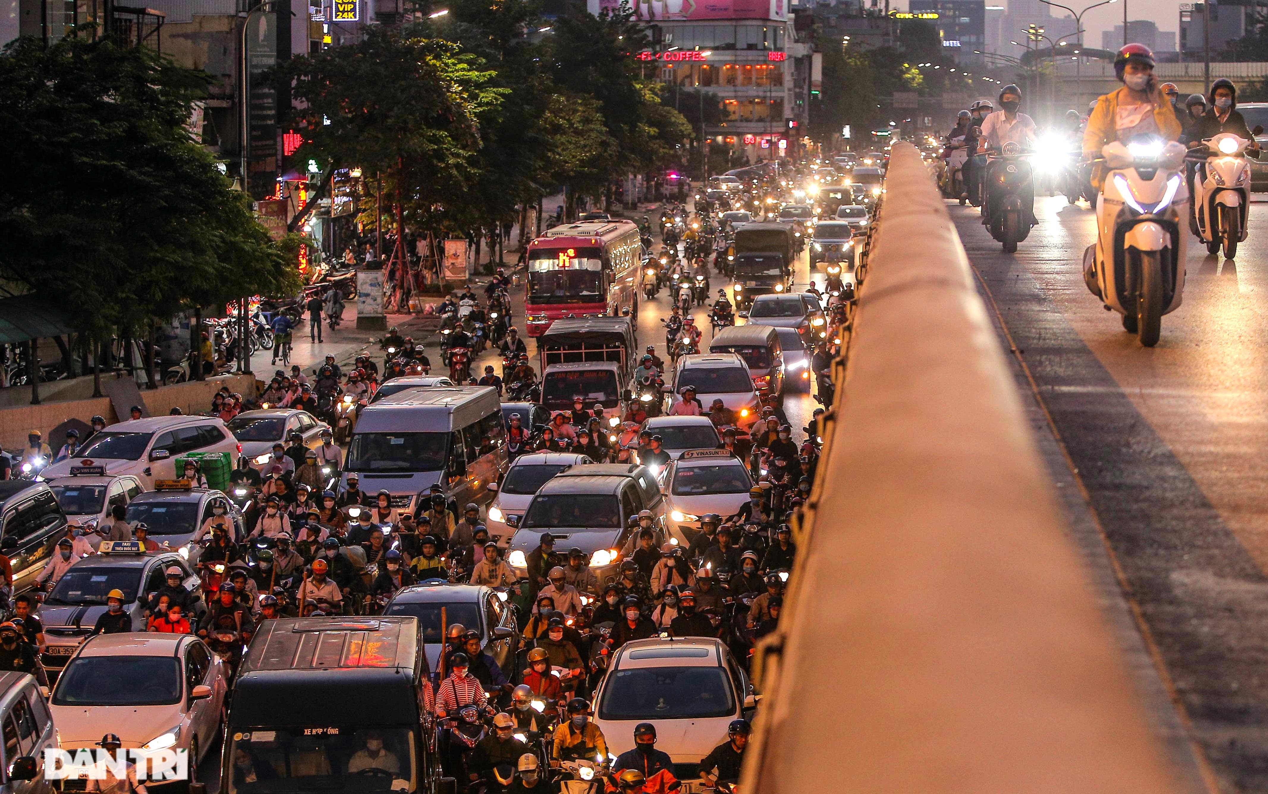 Ngã tư khổ sở tắc vẫn hoàn tắc sau ngày thông xe đường trên cao - 19