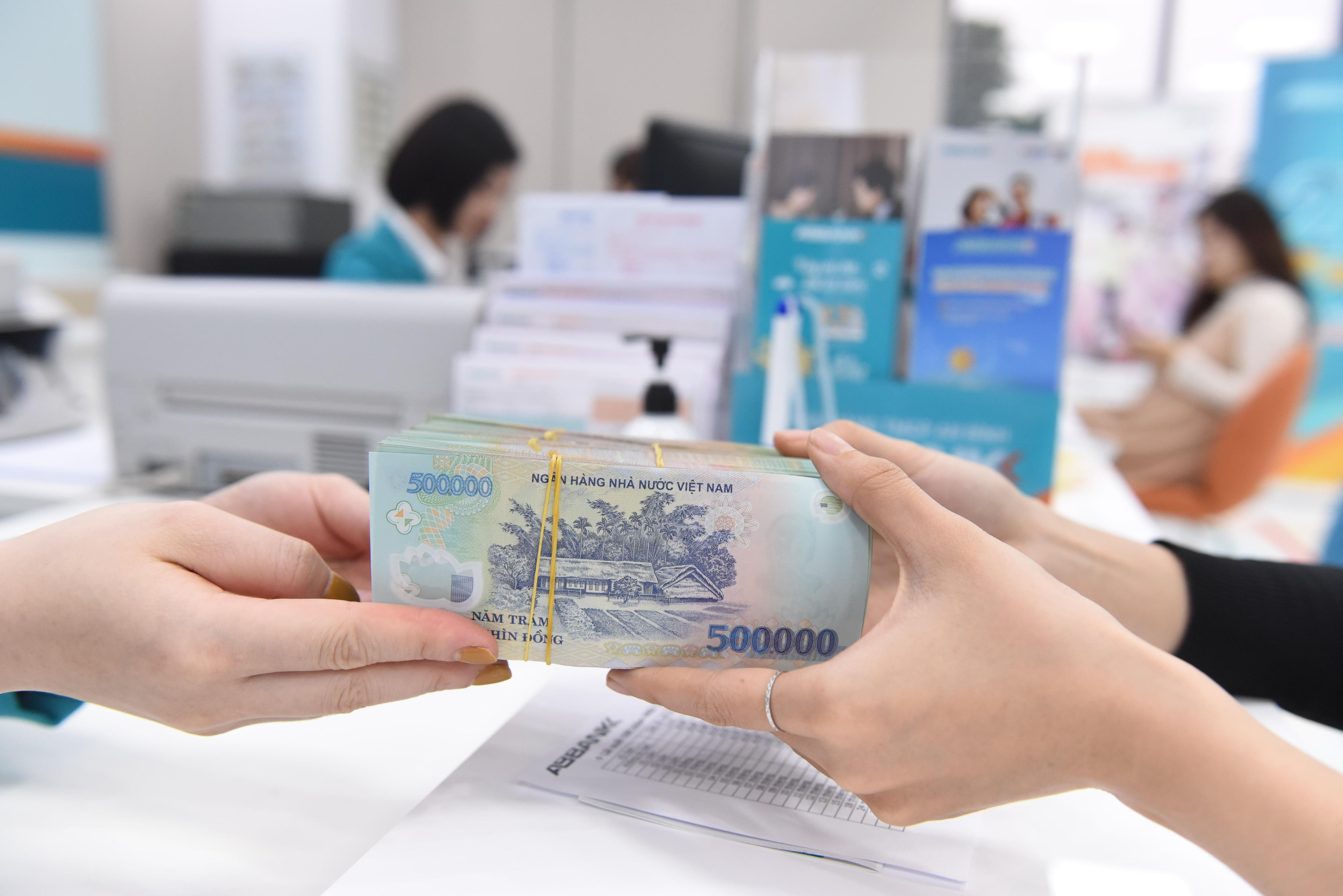Xôn xao chuyện một ngân hàng thưởng 6 tháng lương
