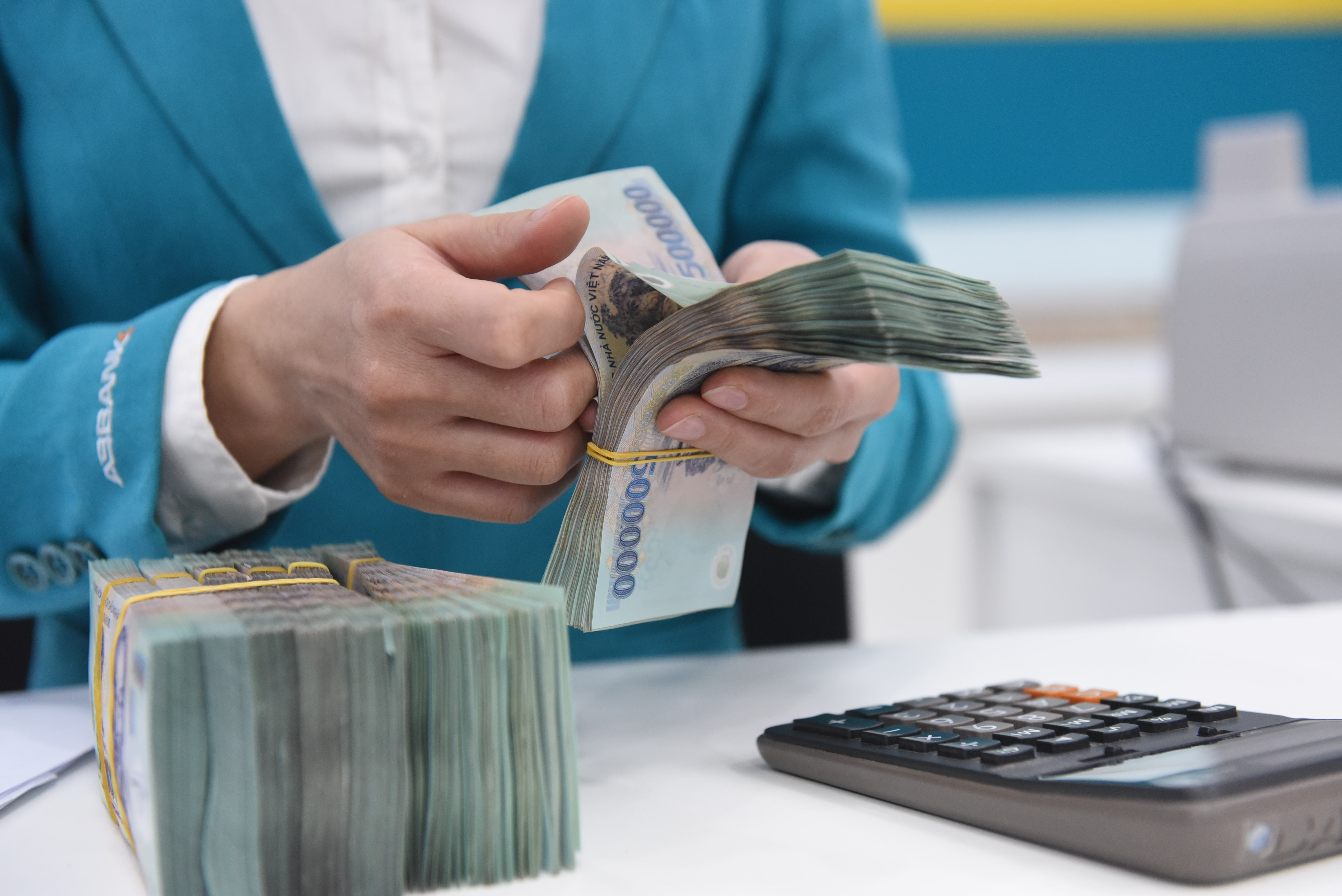 Lãi suất giảm sâu, tiền doanh nghiệp vẫn ... đổ về ngân hàng