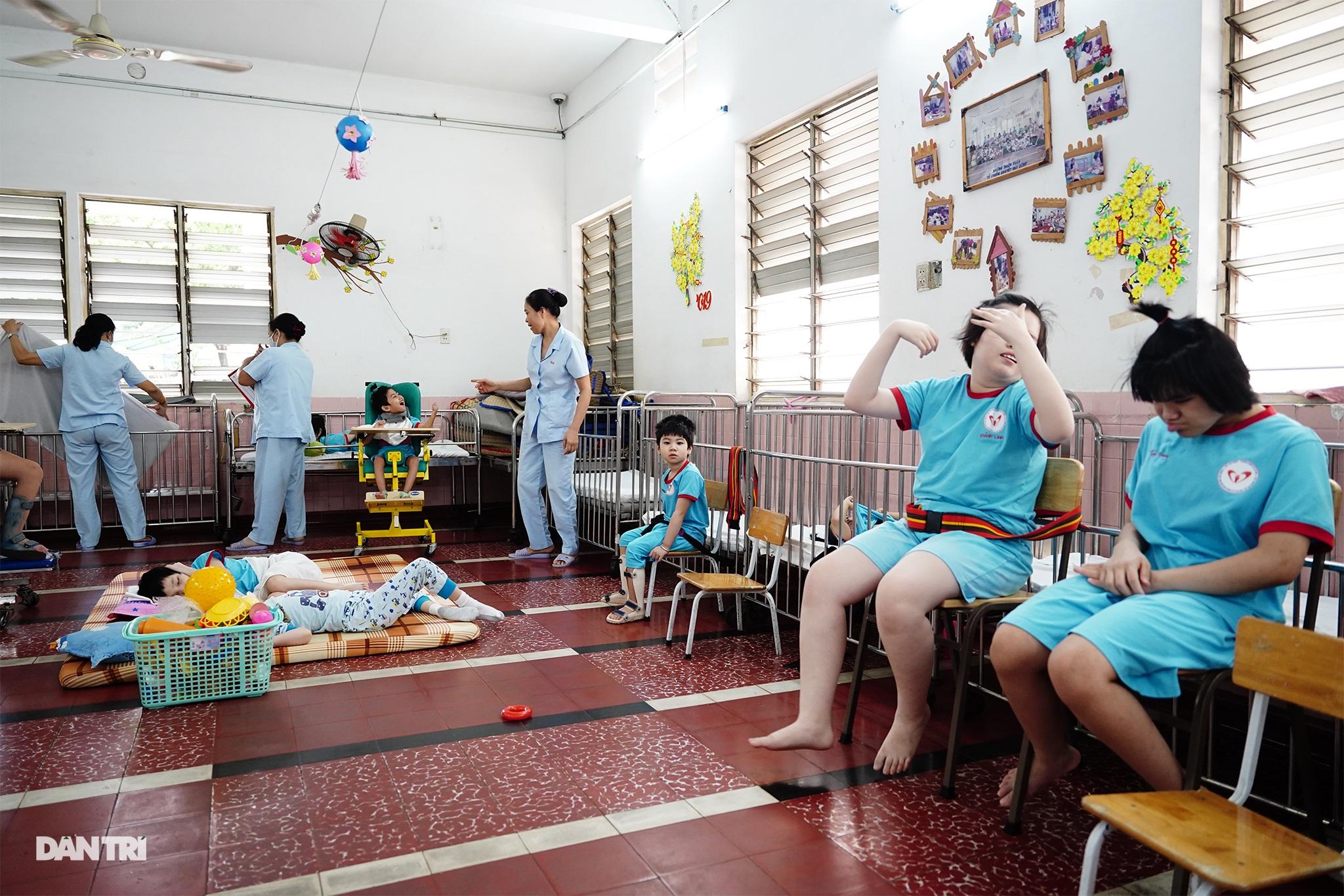 Dạy trẻ khuyết tật đòi hỏi phải kiên nhẫn và yêu thương - 1