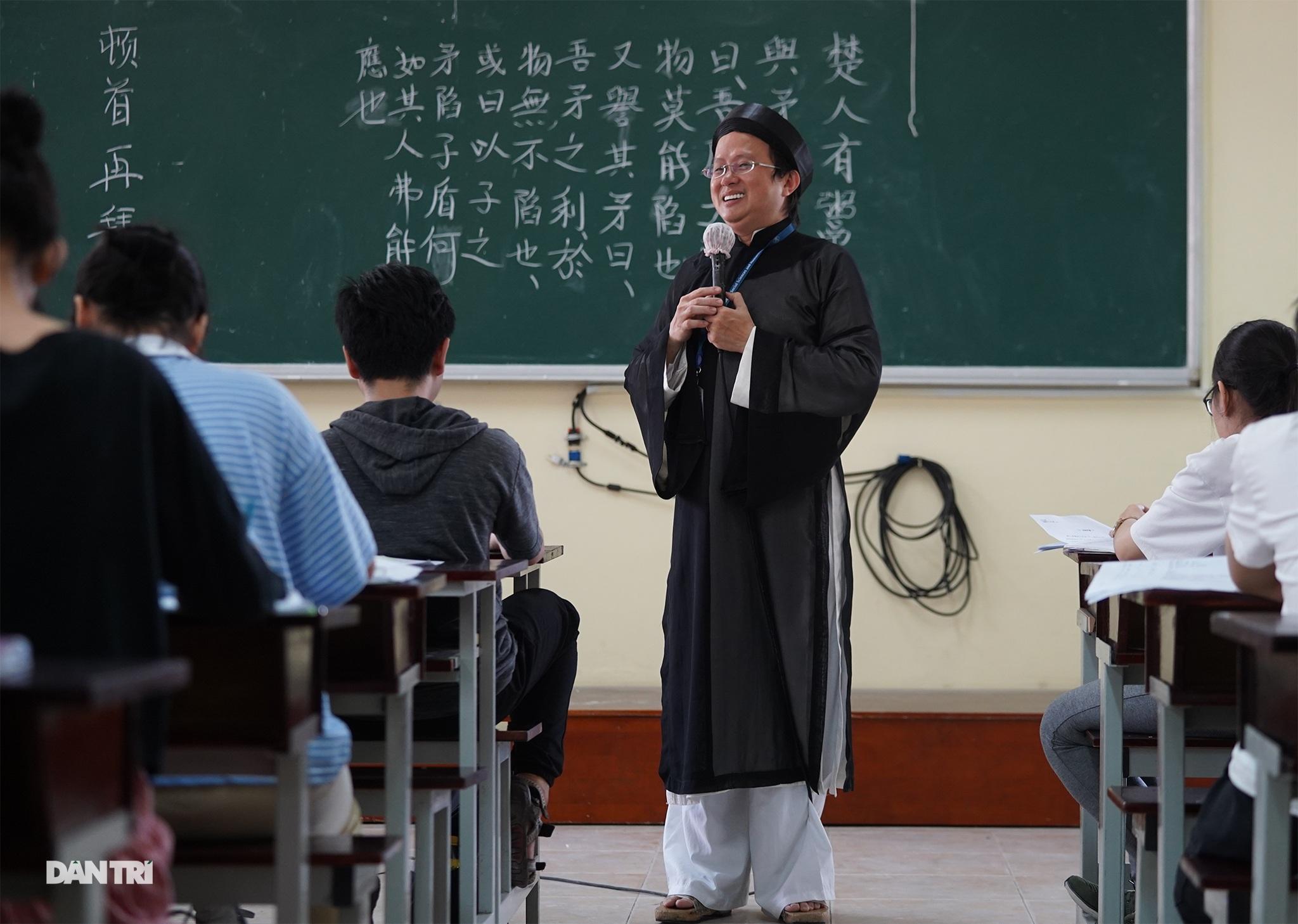 Thầy giáo gần 10 năm mặc áo dài, đi guốc mộc đến giảng đường - 11