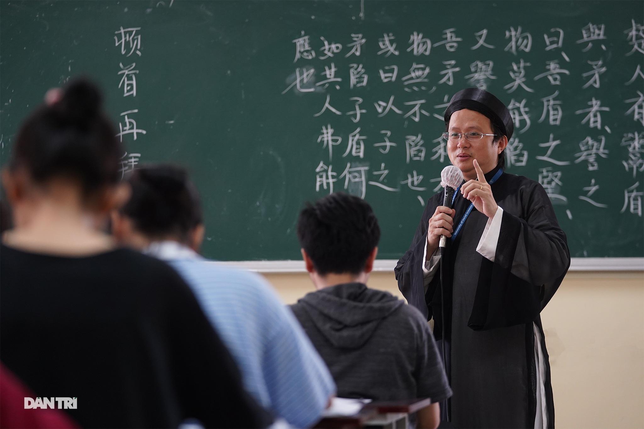Thầy giáo gần 10 năm mặc áo dài, đi guốc mộc đến giảng đường - 16