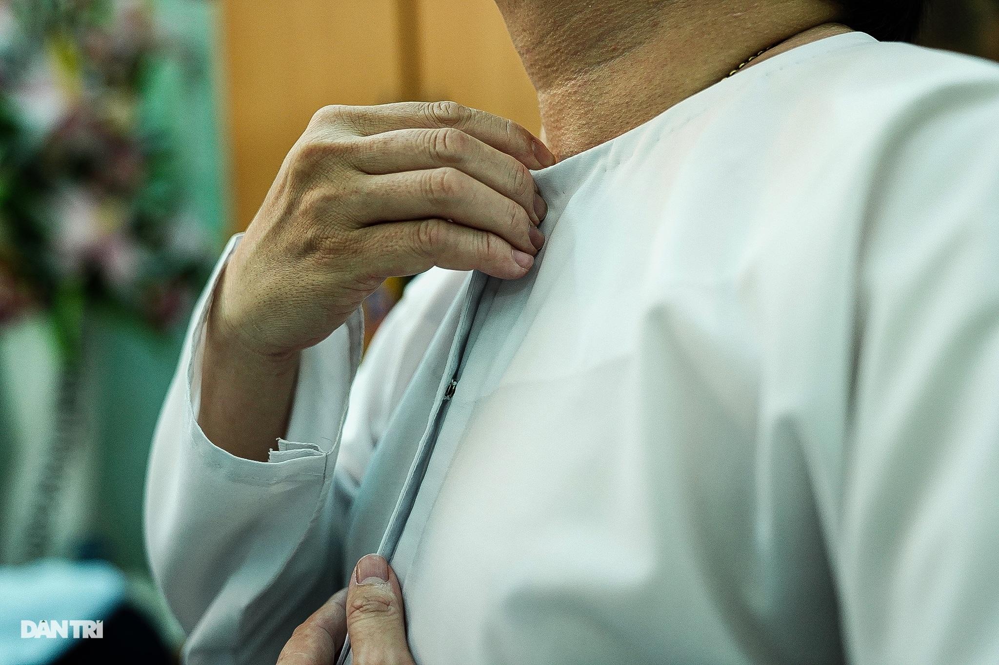 Thầy giáo gần 10 năm mặc áo dài, đi guốc mộc đến giảng đường - 3