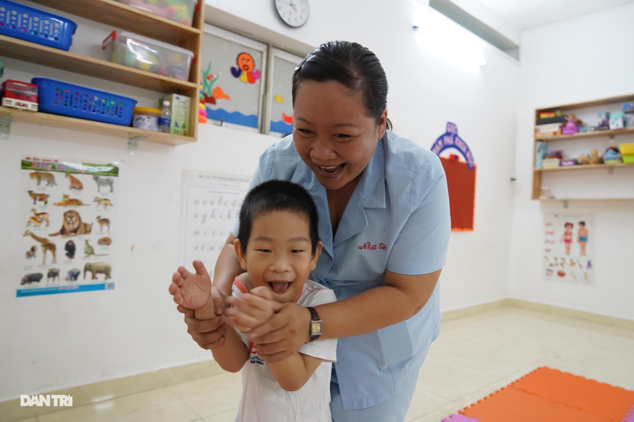 Dạy trẻ khuyết tật đòi hỏi phải kiên nhẫn và yêu thương - 3