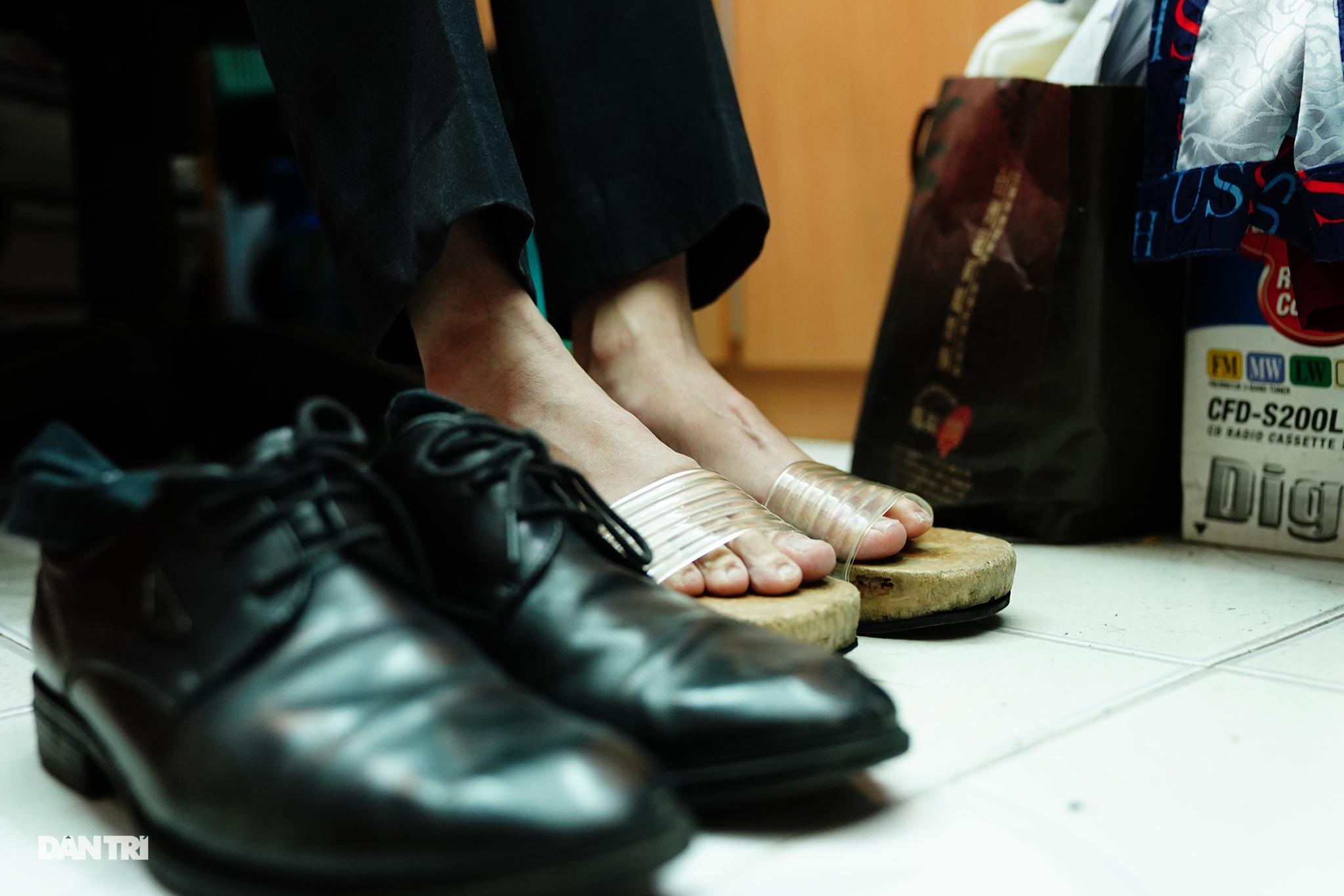 Thầy giáo gần 10 năm mặc áo dài, đi guốc mộc đến giảng đường - 4