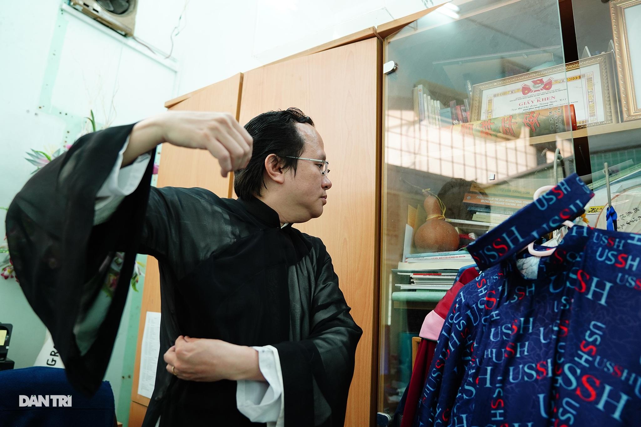 Thầy giáo gần 10 năm mặc áo dài, đi guốc mộc đến giảng đường - 5