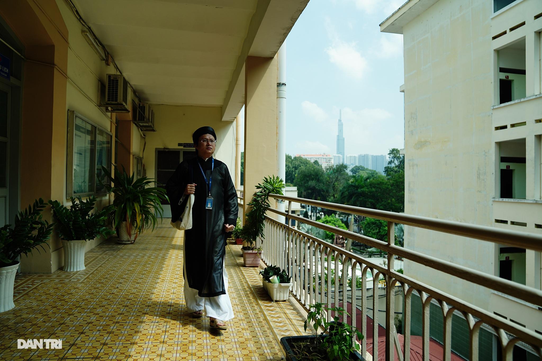Thầy giáo gần 10 năm mặc áo dài, đi guốc mộc đến giảng đường - 8