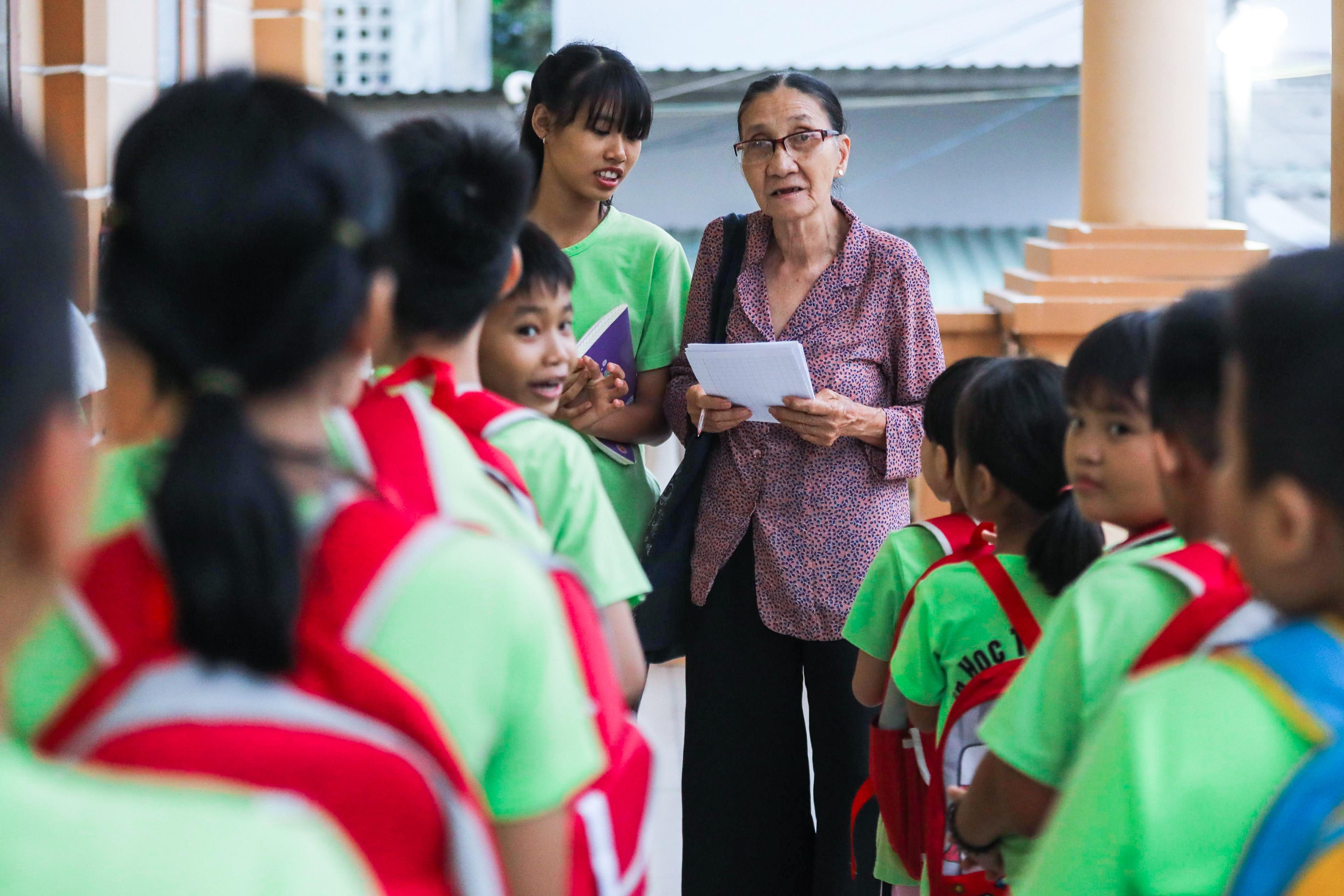 """Bà giáo U80 ngày bán vé số, tối đứng lớp """"gieo chữ"""" cho học sinh nghèo - 12"""