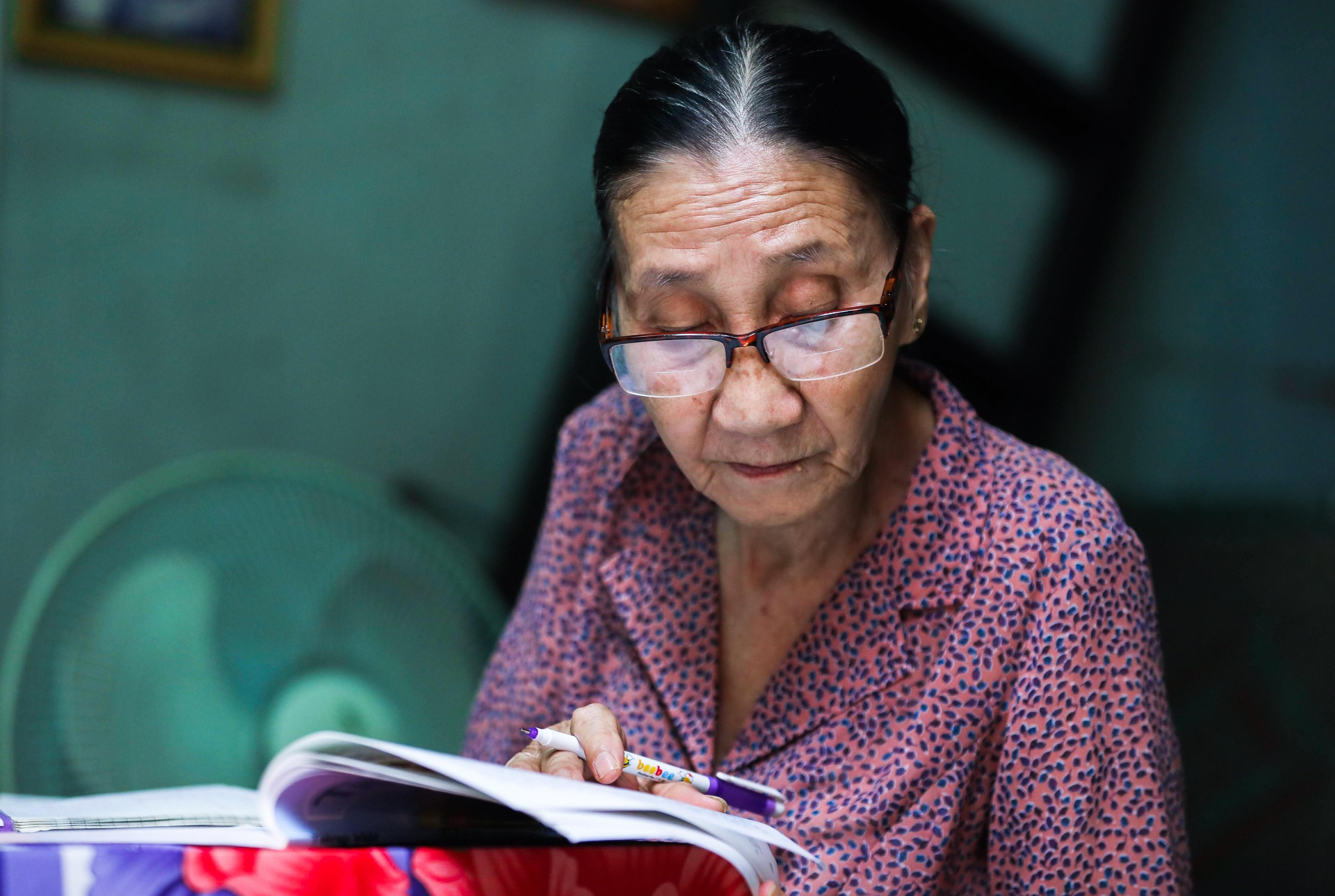 """Bà giáo U80 ngày bán vé số, tối đứng lớp """"gieo chữ"""" cho học sinh nghèo - 16"""