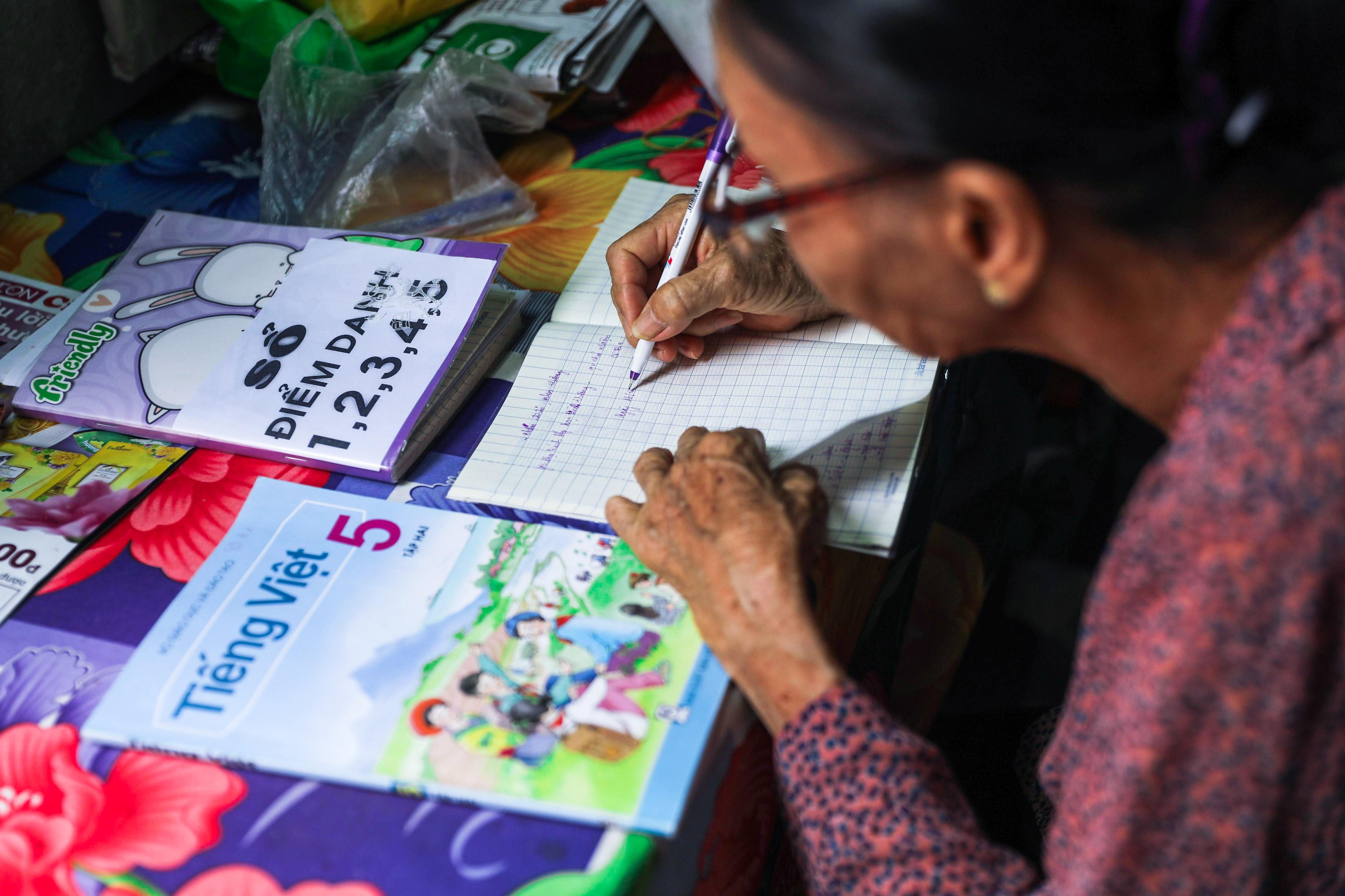 """Bà giáo U80 ngày bán vé số, tối đứng lớp """"gieo chữ"""" cho học sinh nghèo - 15"""
