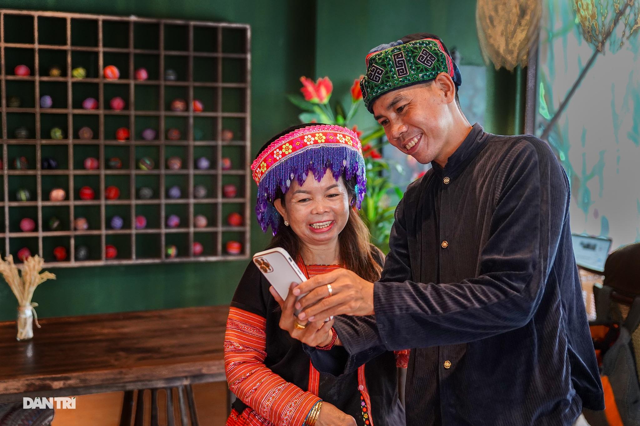 Độc đáo cà phê của vợ chồng A Phủ giữa lòng Sài Gòn - 15