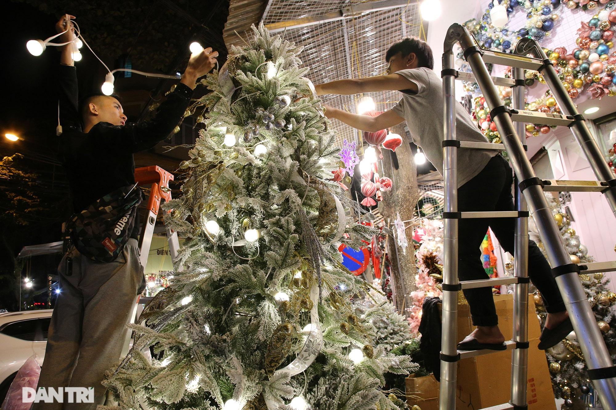 Không khí Noel sớm rộn ràng trên khắp nẻo phố phường Hà Nội - 1