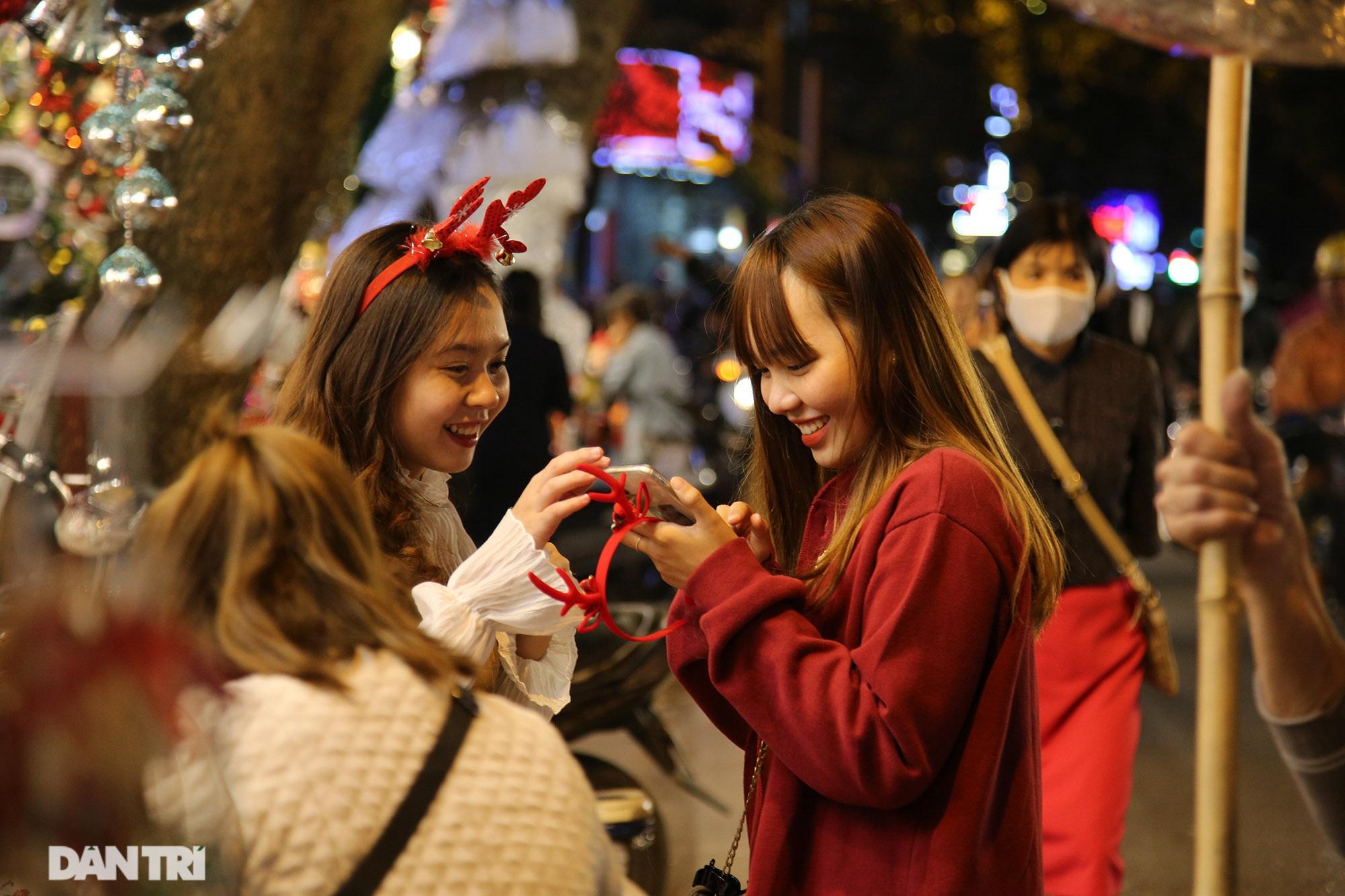 Không khí Noel sớm rộn ràng trên khắp nẻo phố phường Hà Nội - 3