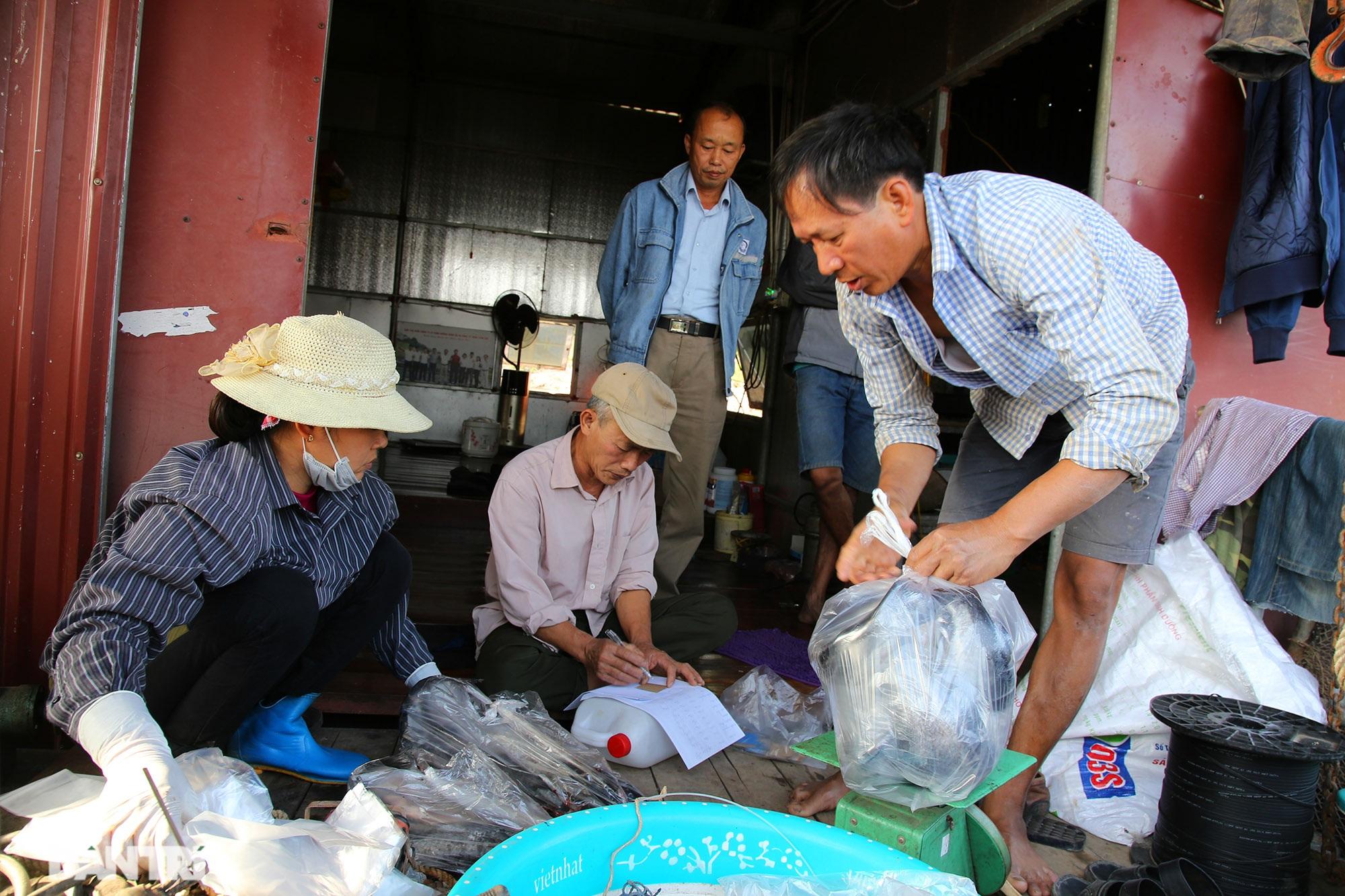 Sông Đà cạn trơ đáy, nông dân hối hả bơm cát cứu cá - 11