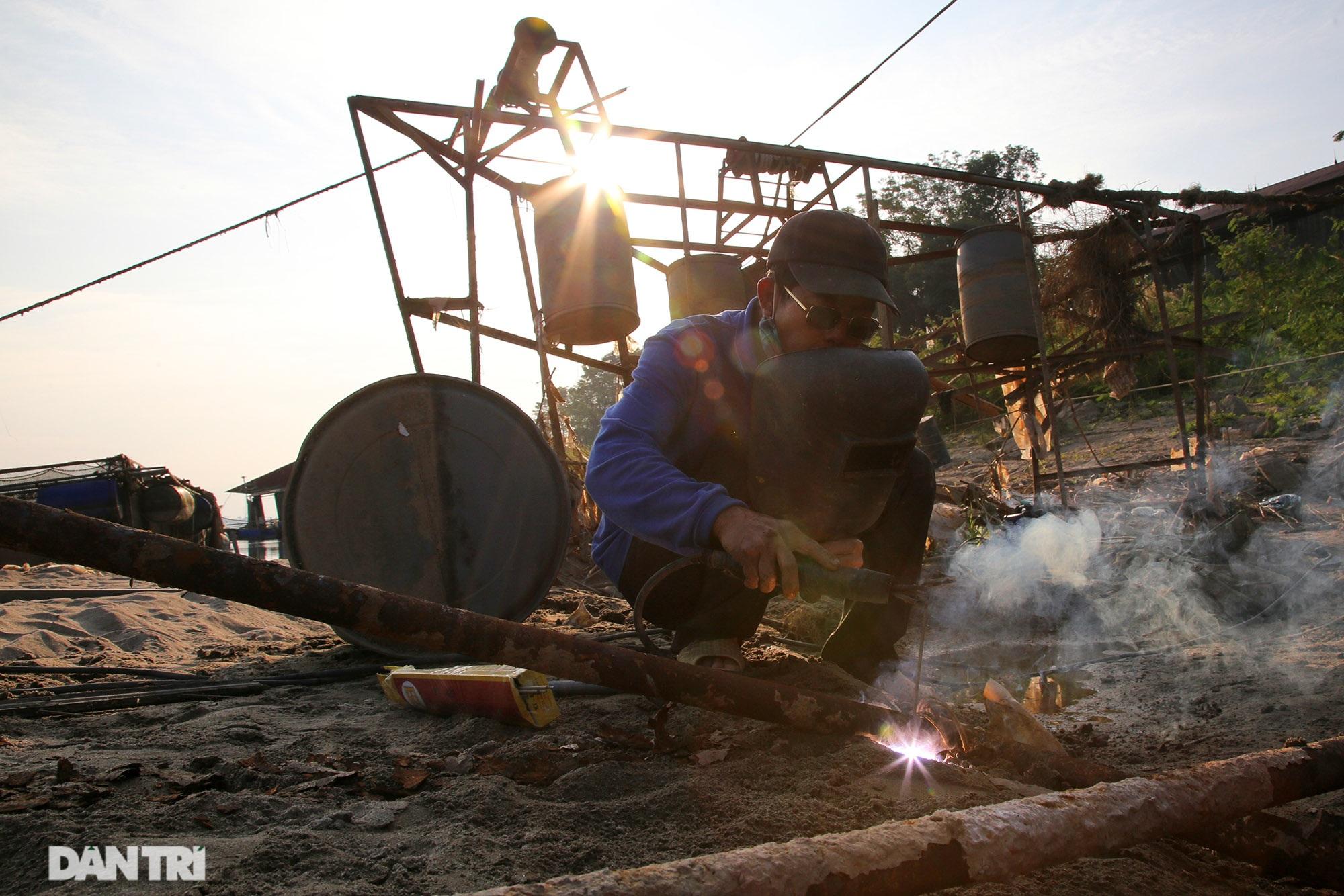 Sông Đà cạn trơ đáy, nông dân hối hả bơm cát cứu cá - 8