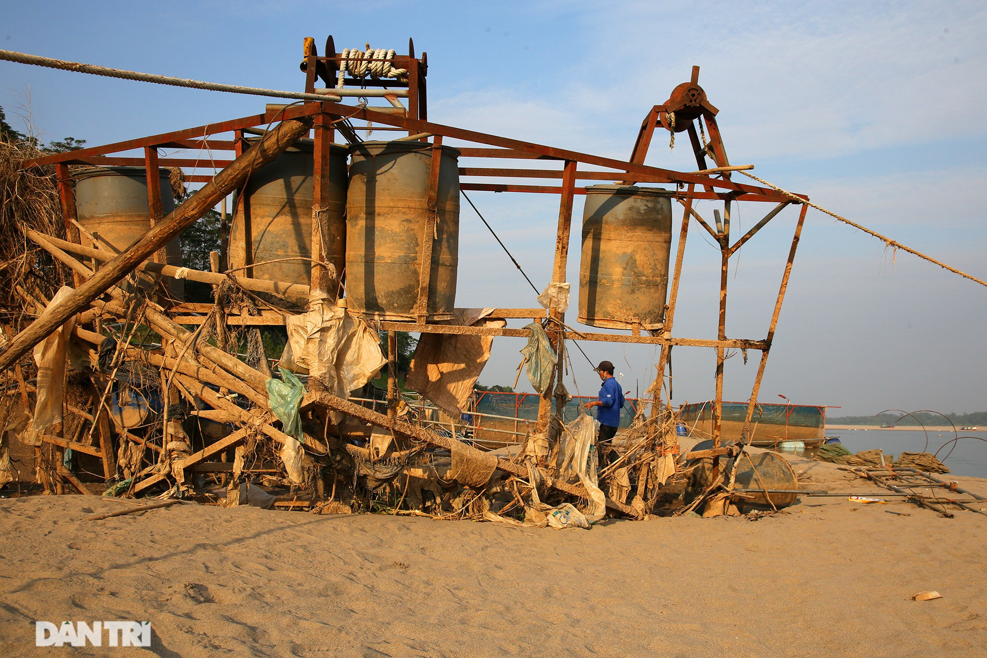 Sông Đà cạn trơ đáy, nông dân hối hả bơm cát cứu cá - 9
