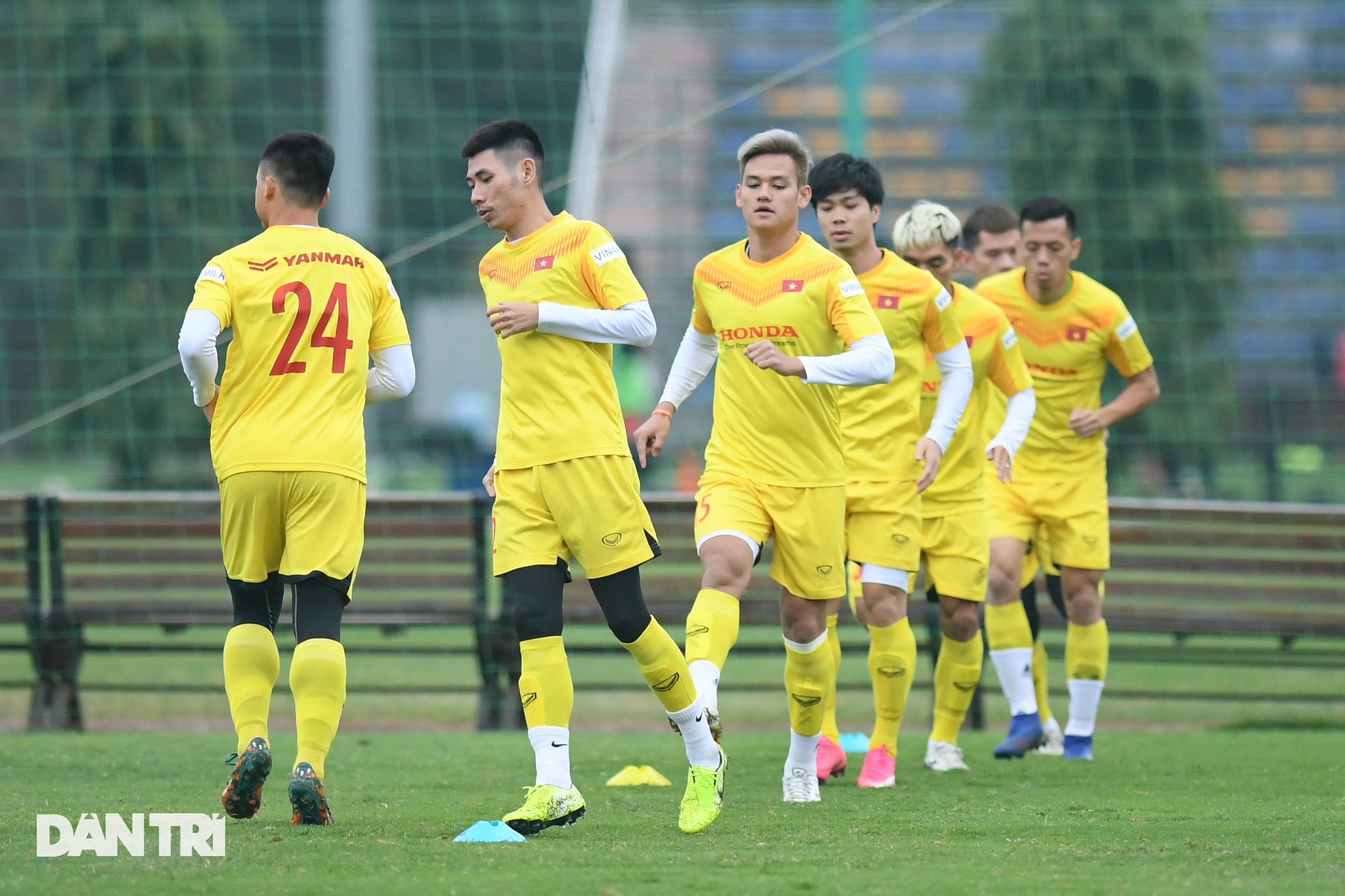 Đội tuyển Việt Nam luyện công trong giá lạnh tại Hà Nội - 10