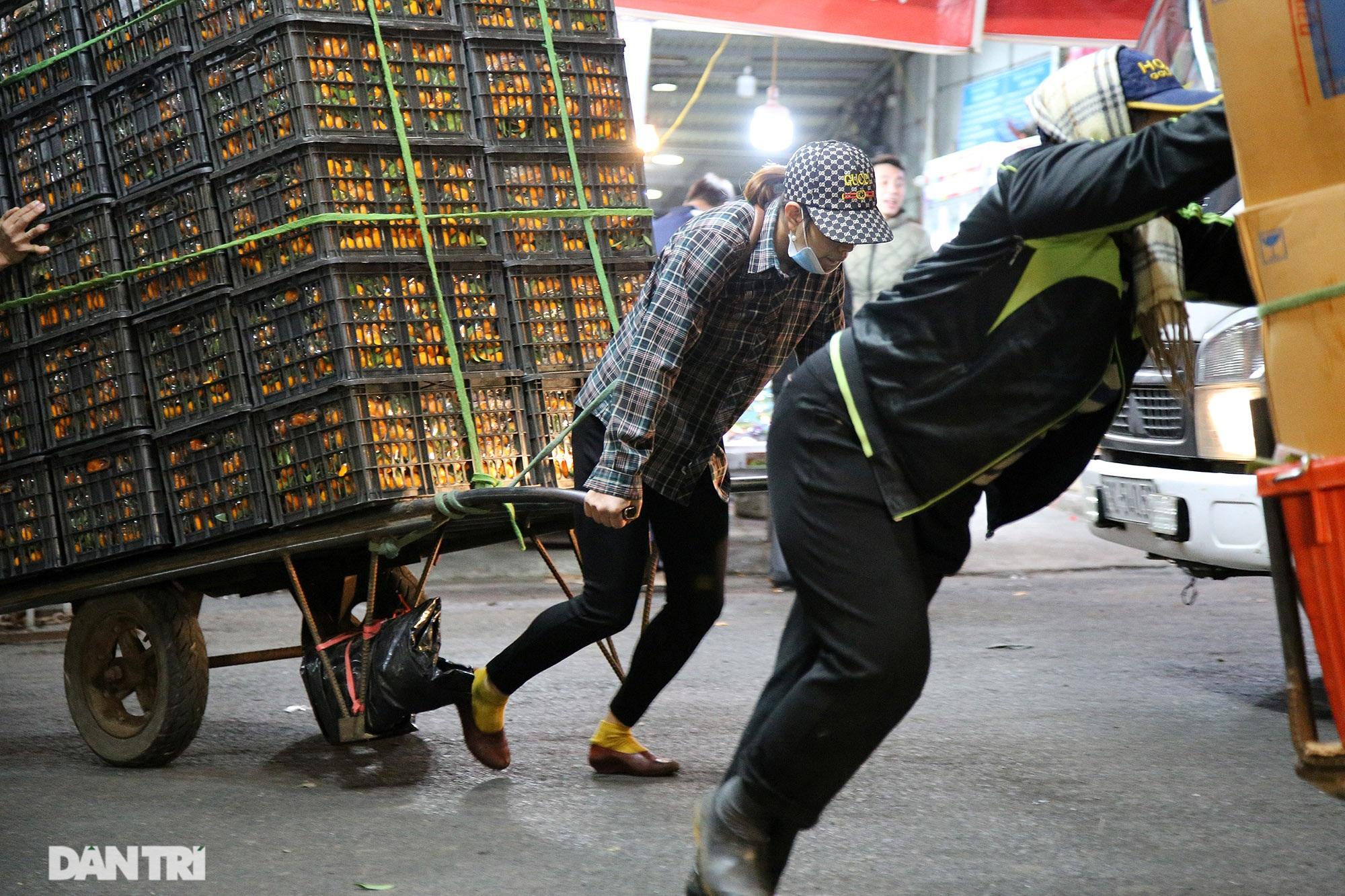 Người lao động nghèo vật lộn mưu sinh trong đêm giá rét ở Hà Nội - 1