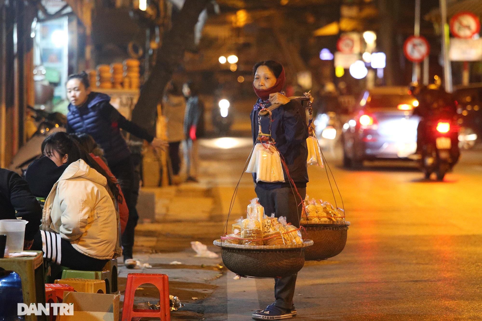 Người lao động nghèo vật lộn mưu sinh trong đêm giá rét ở Hà Nội - 10