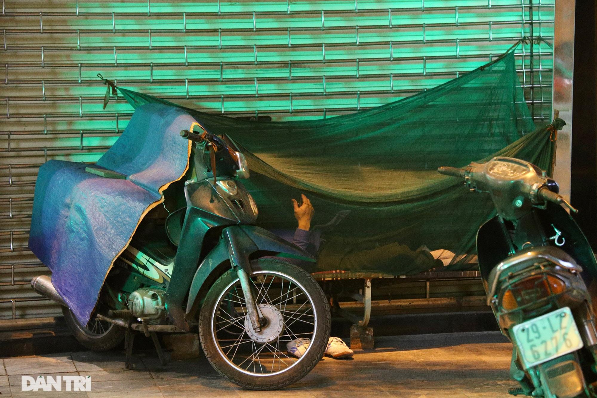 Người lao động nghèo vật lộn mưu sinh trong đêm giá rét ở Hà Nội - 11