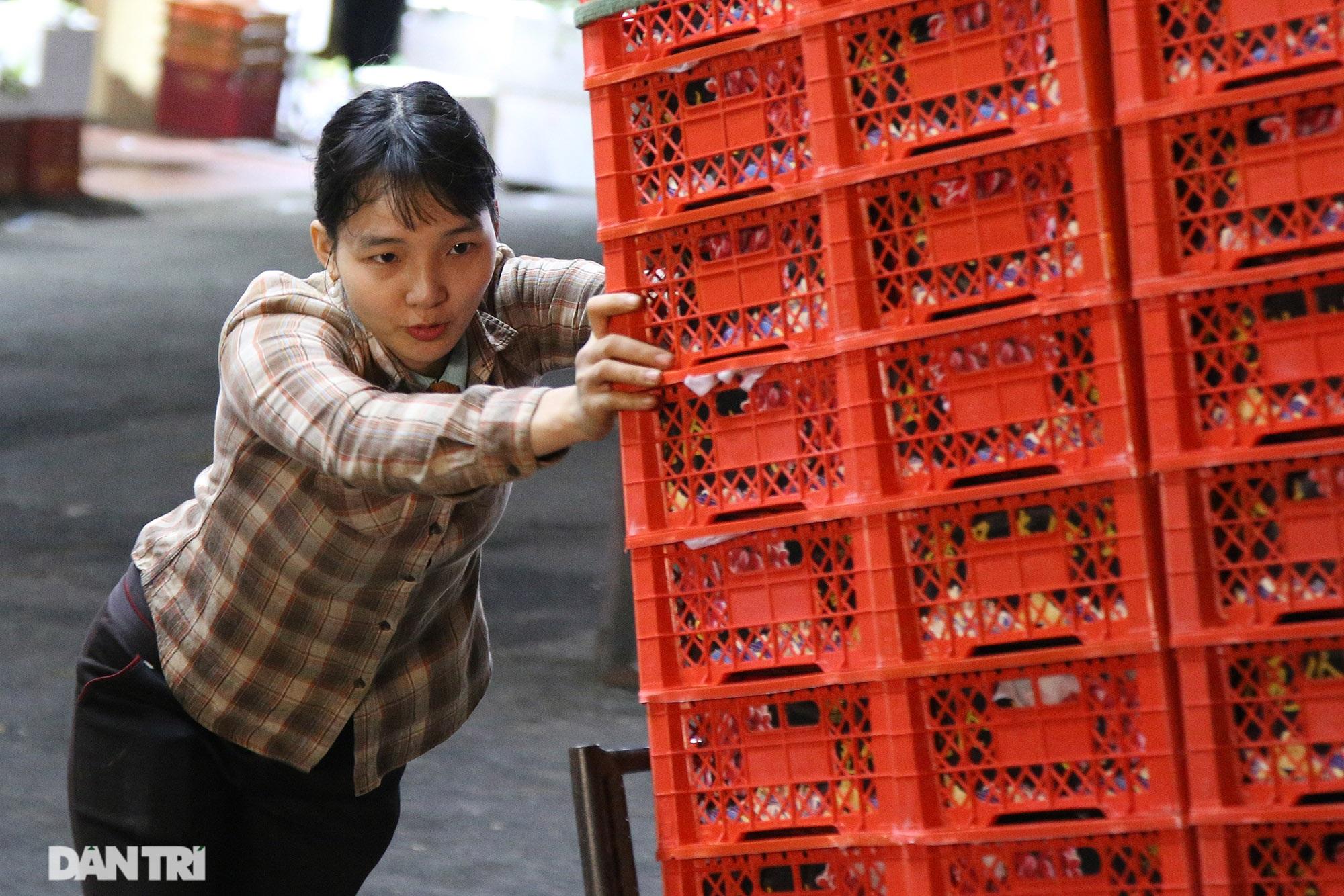 Người lao động nghèo vật lộn mưu sinh trong đêm giá rét ở Hà Nội - 2