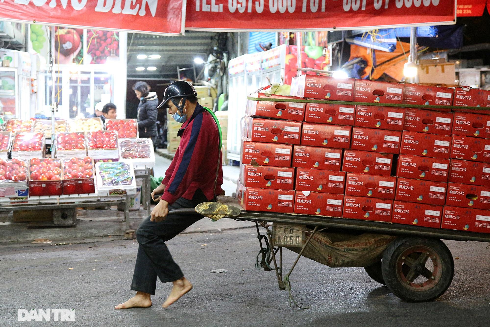 Người lao động nghèo vật lộn mưu sinh trong đêm giá rét ở Hà Nội - 3