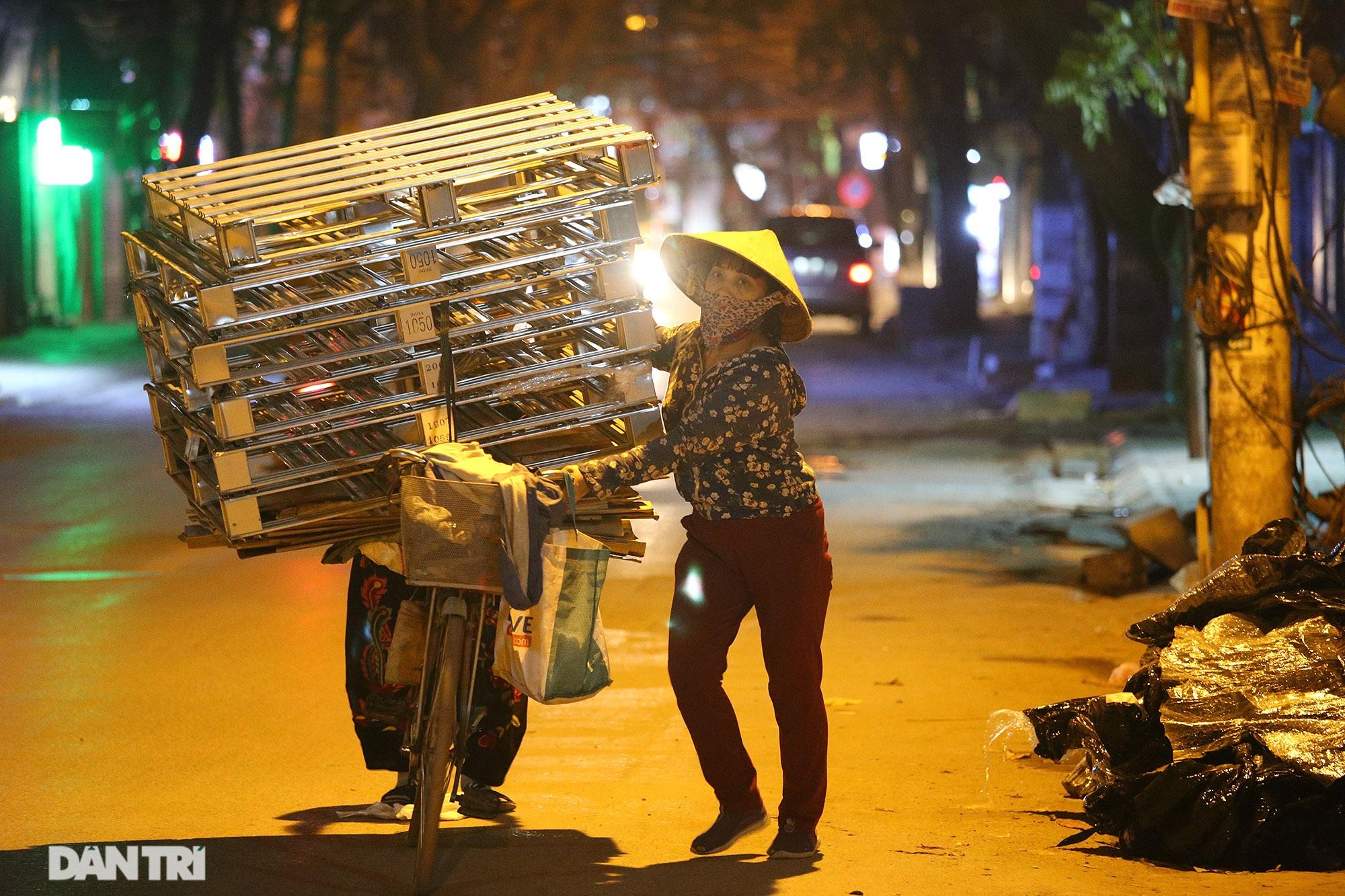 Người lao động nghèo vật lộn mưu sinh trong đêm giá rét ở Hà Nội - 4