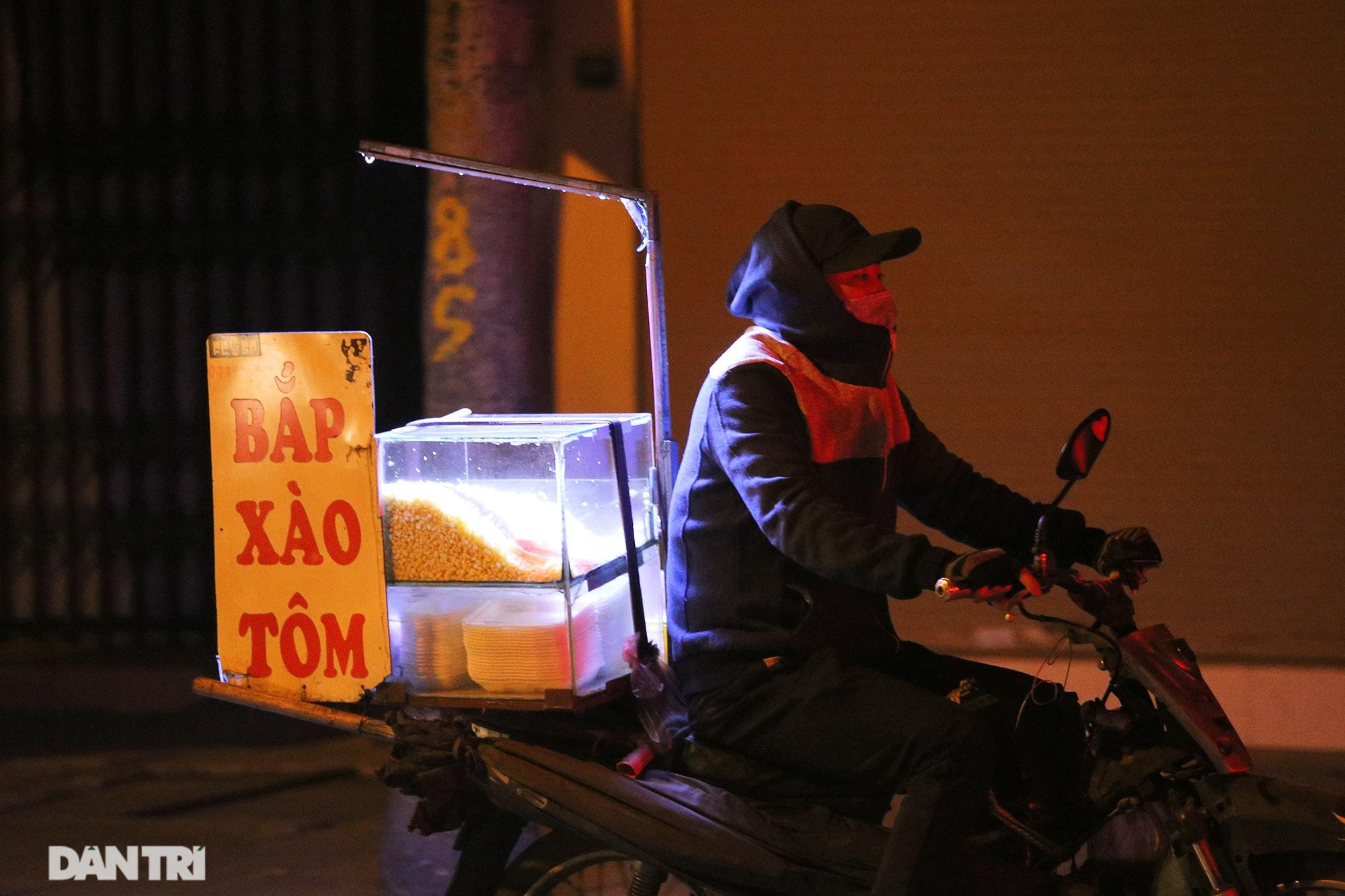Người lao động nghèo vật lộn mưu sinh trong đêm giá rét ở Hà Nội - 5