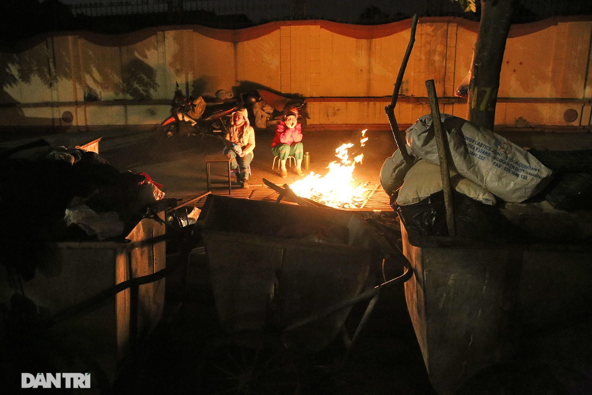 Người lao động nghèo vật lộn mưu sinh trong đêm giá rét ở Hà Nội - 6