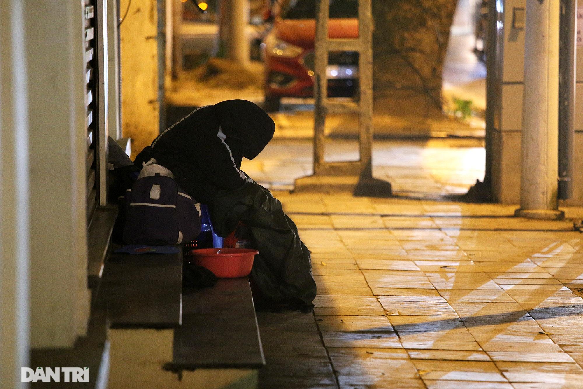 Người lao động nghèo vật lộn mưu sinh trong đêm giá rét ở Hà Nội - 7