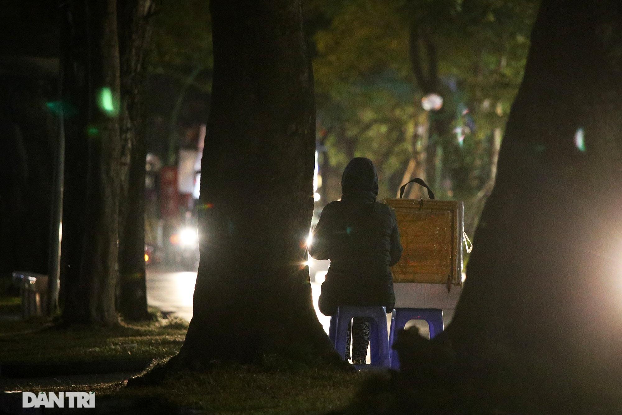 Người lao động nghèo vật lộn mưu sinh trong đêm giá rét ở Hà Nội - 8