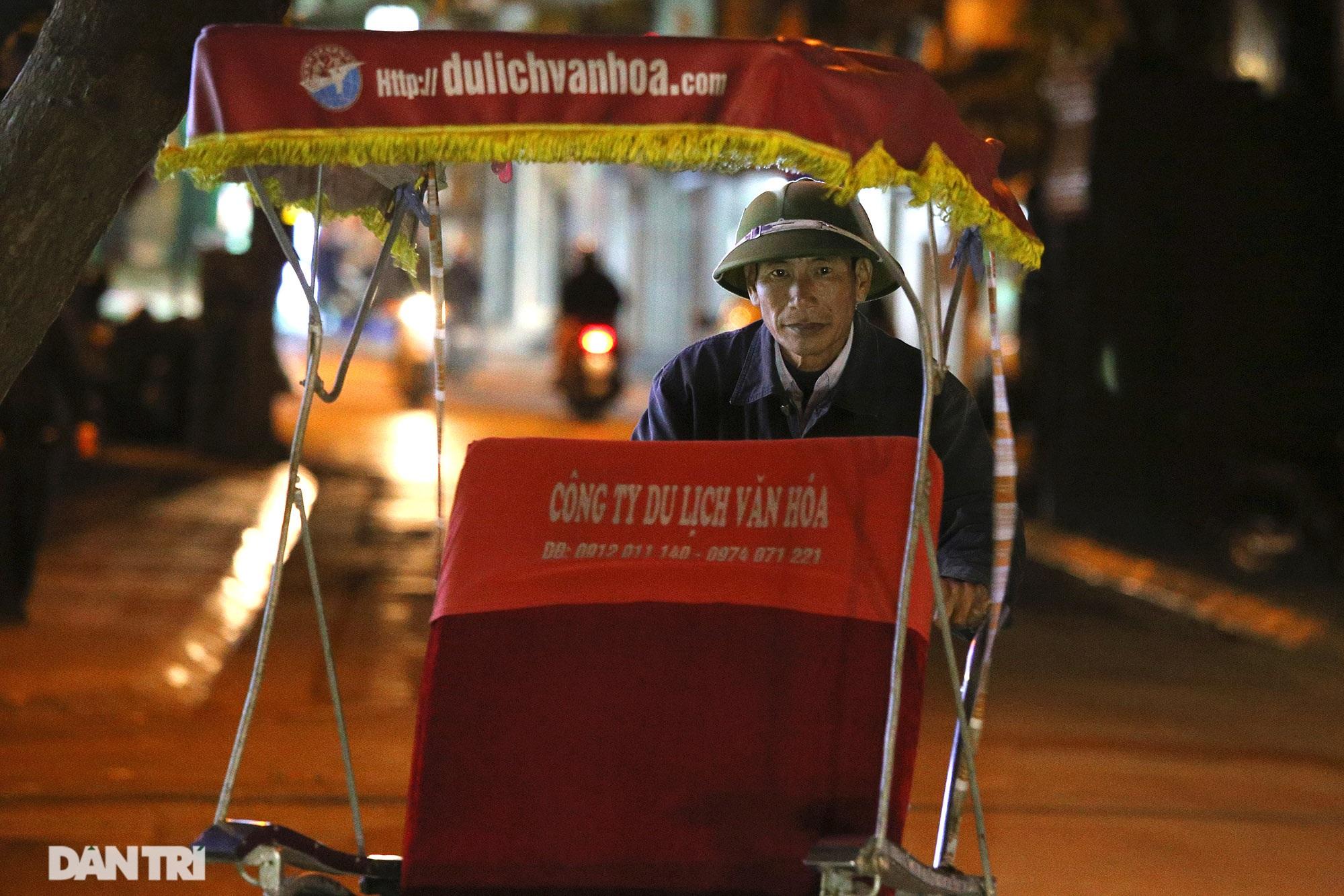 Người lao động nghèo vật lộn mưu sinh trong đêm giá rét ở Hà Nội - 9