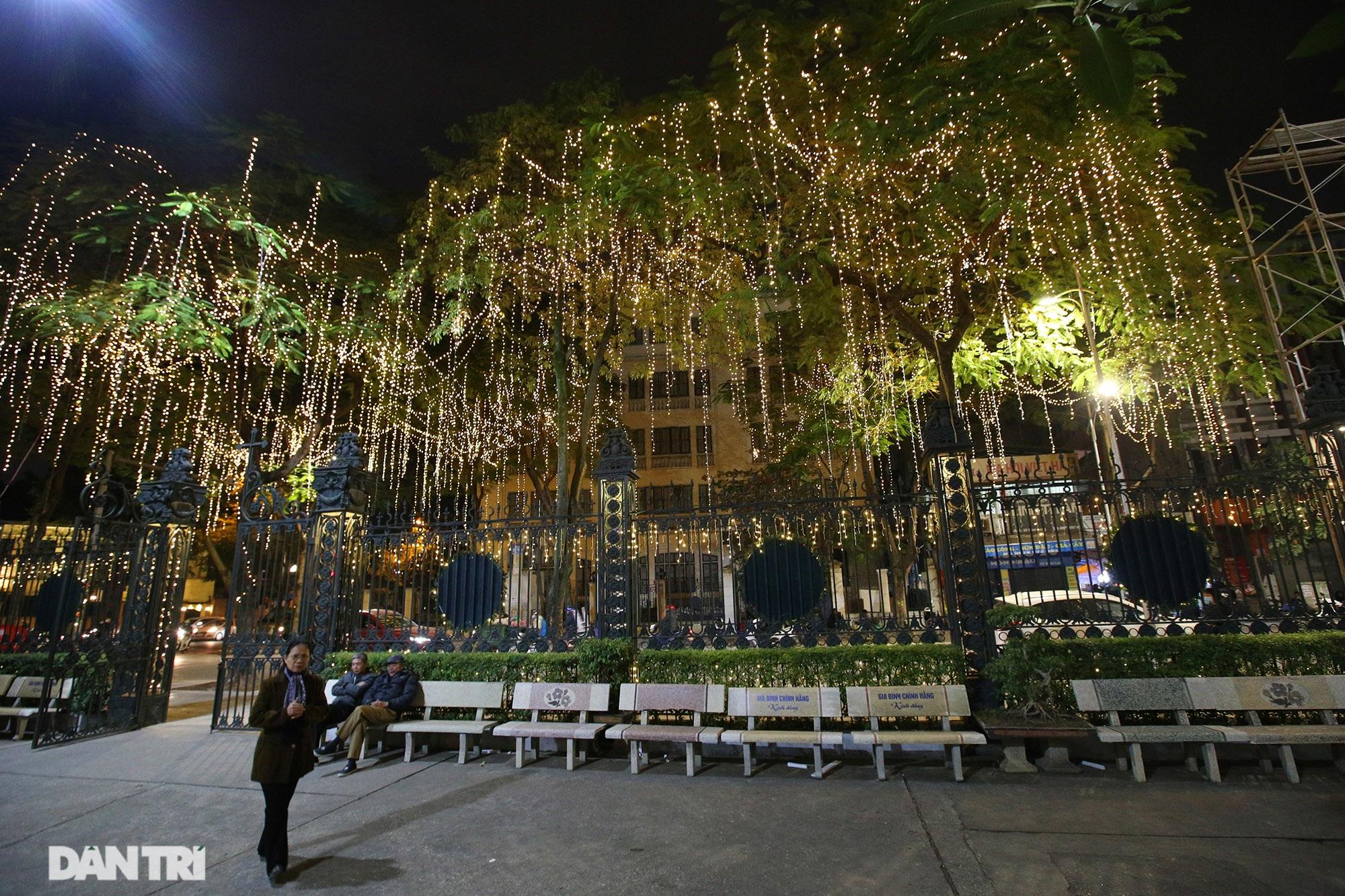 Các nhà thờ tại Hà Nội nhộn nhịp, trang hoàng chờ đón Giáng sinh 2020 - 10
