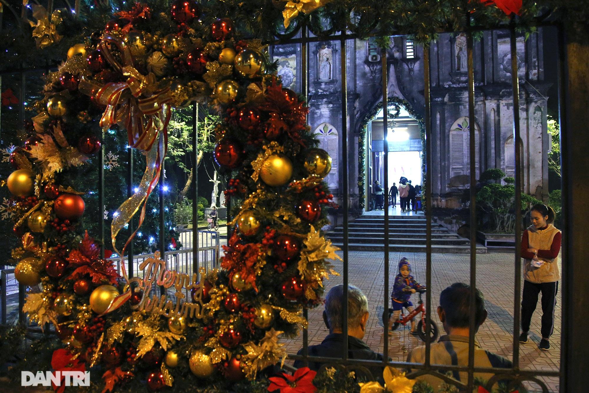 Các nhà thờ tại Hà Nội nhộn nhịp, trang hoàng chờ đón Giáng sinh 2020 - 12