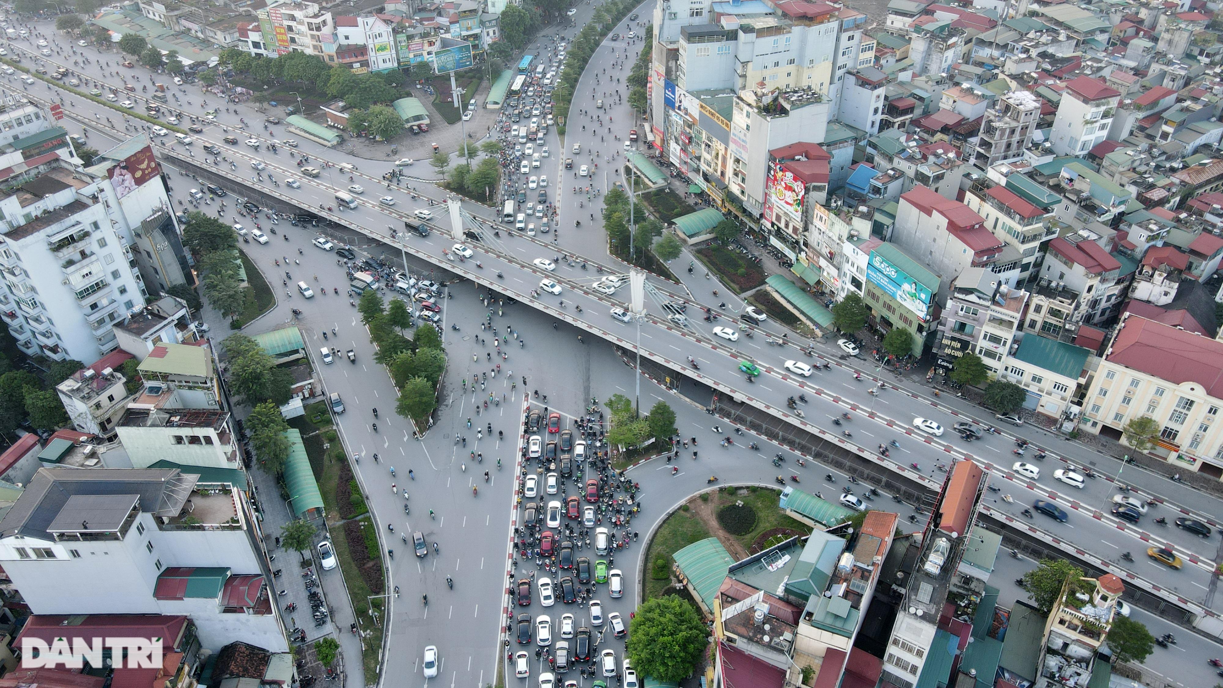 Cảnh giao thông đối lập ở đường Trường Chinh sau 3 năm - 21