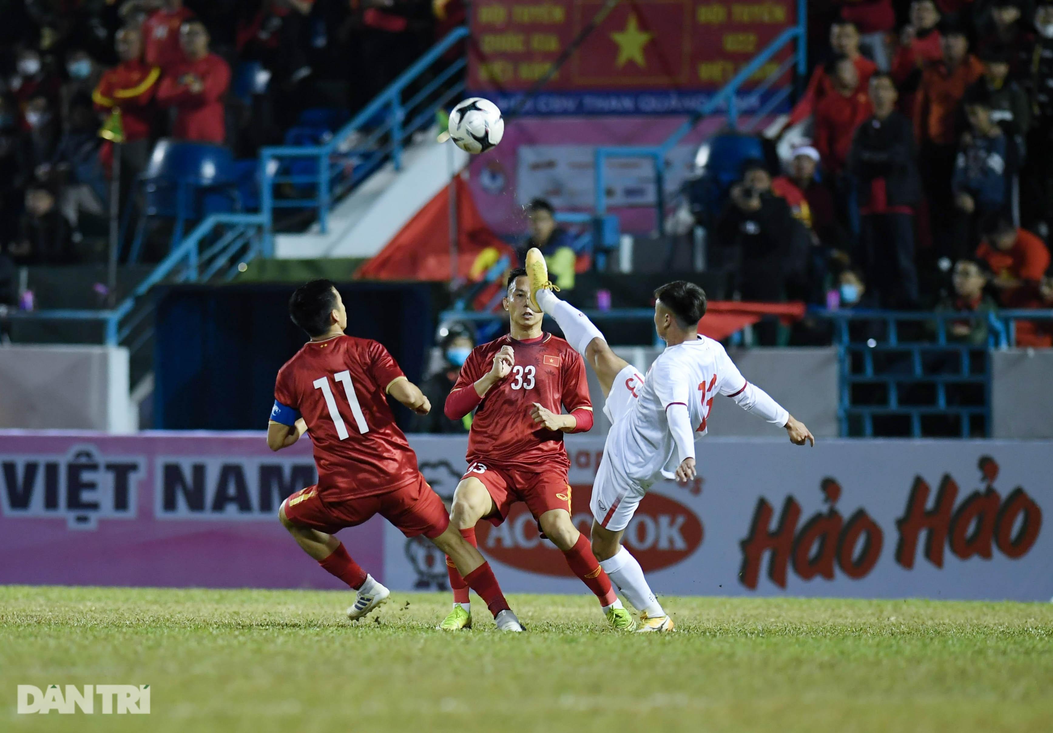 Văn Quyết ghi điểm trong chiến thắng của tuyển Việt Nam trước đàn em U22 - 10