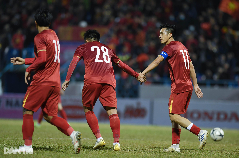 Văn Quyết ghi điểm trong chiến thắng của tuyển Việt Nam trước đàn em U22 - 8