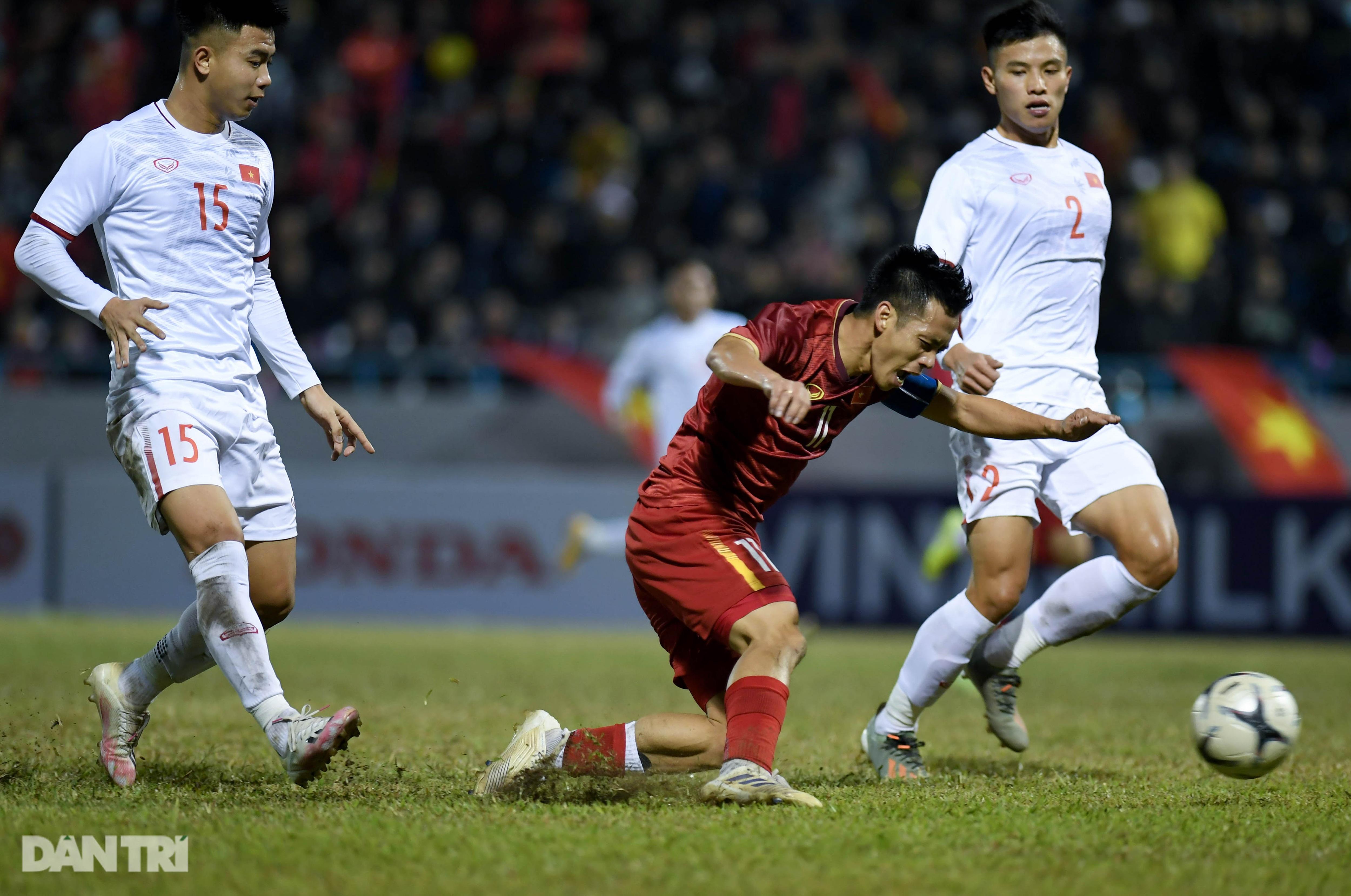 Văn Quyết ghi điểm trong chiến thắng của tuyển Việt Nam trước đàn em U22 - 12