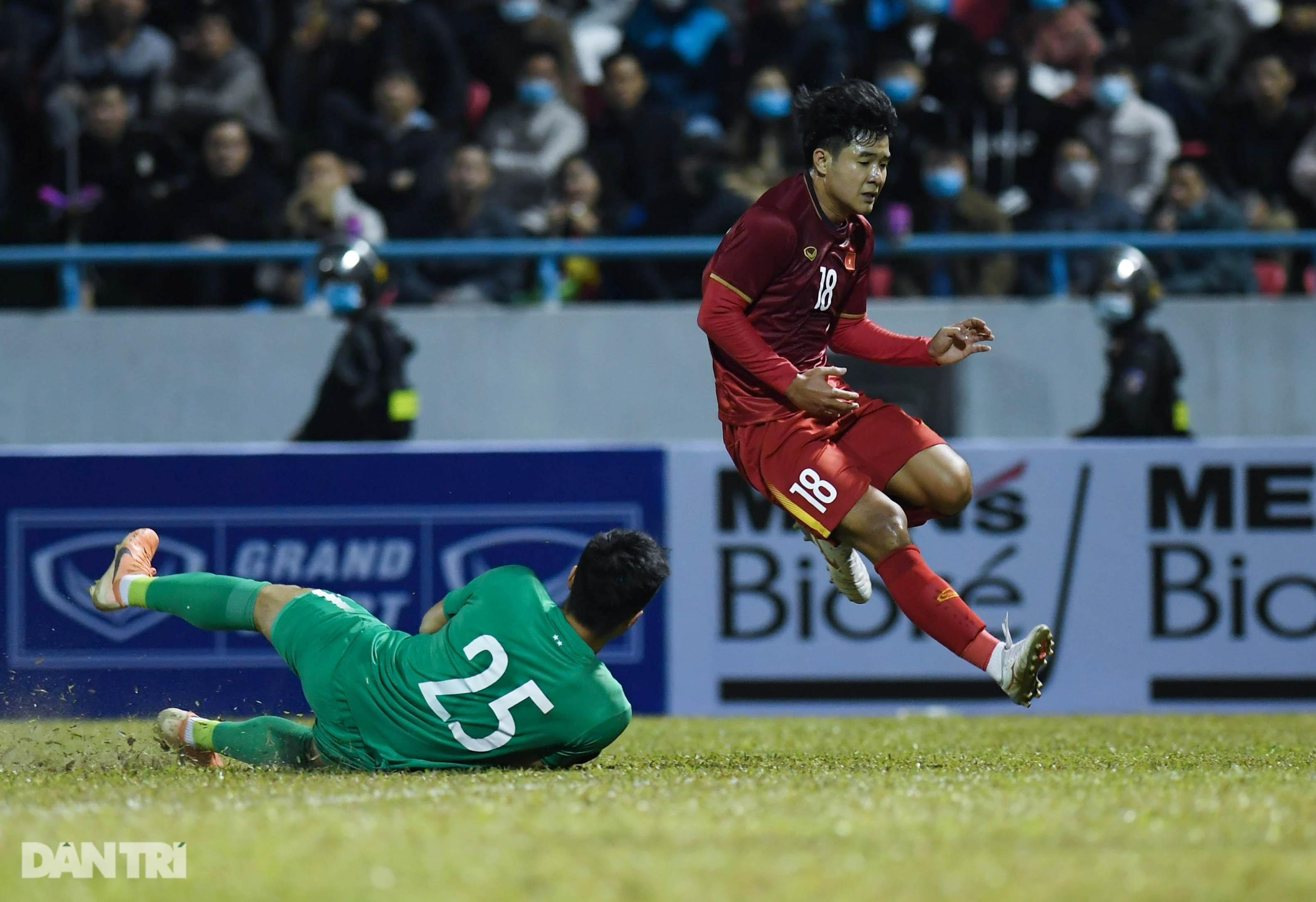 Văn Quyết ghi điểm trong chiến thắng của tuyển Việt Nam trước đàn em U22 - 11
