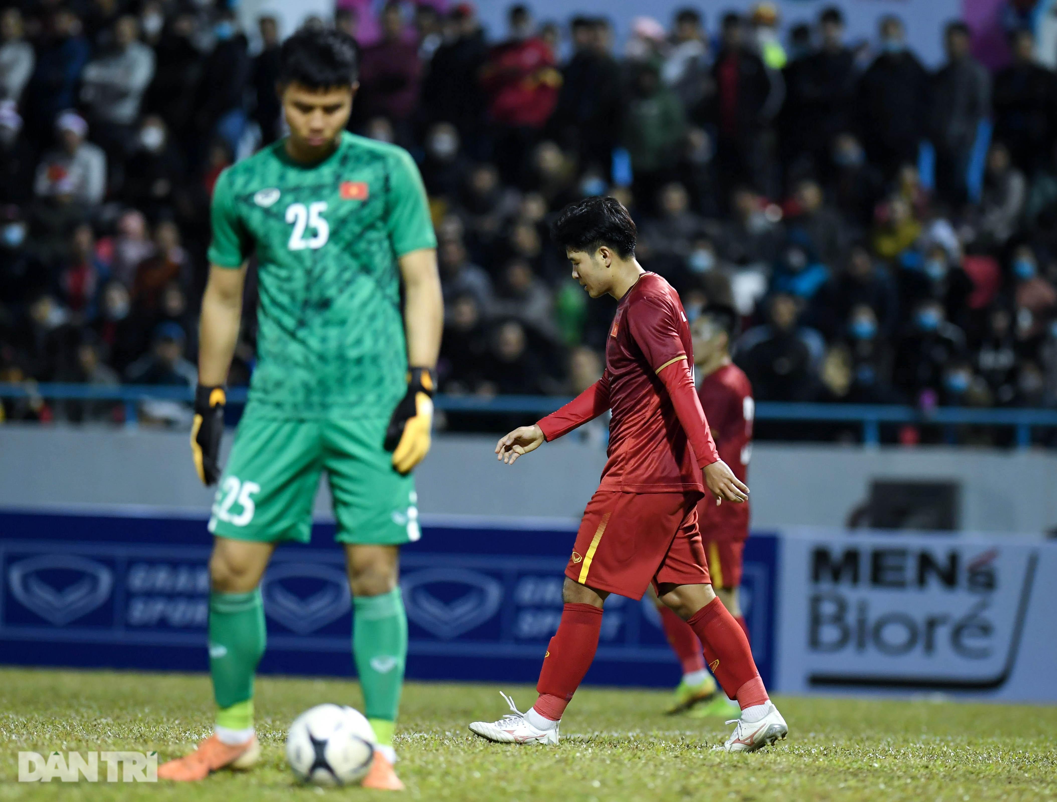 Văn Quyết ghi điểm trong chiến thắng của tuyển Việt Nam trước đàn em U22 - 24