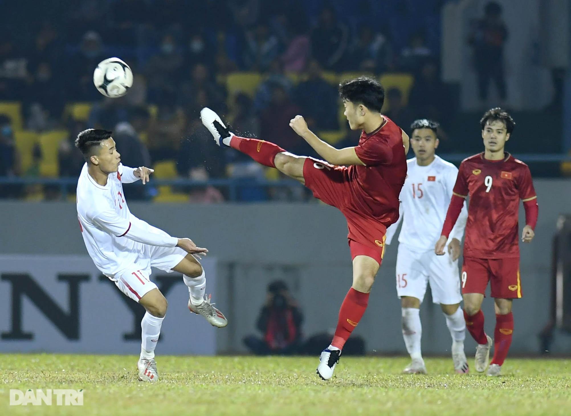 Văn Quyết ghi điểm trong chiến thắng của tuyển Việt Nam trước đàn em U22 - 15