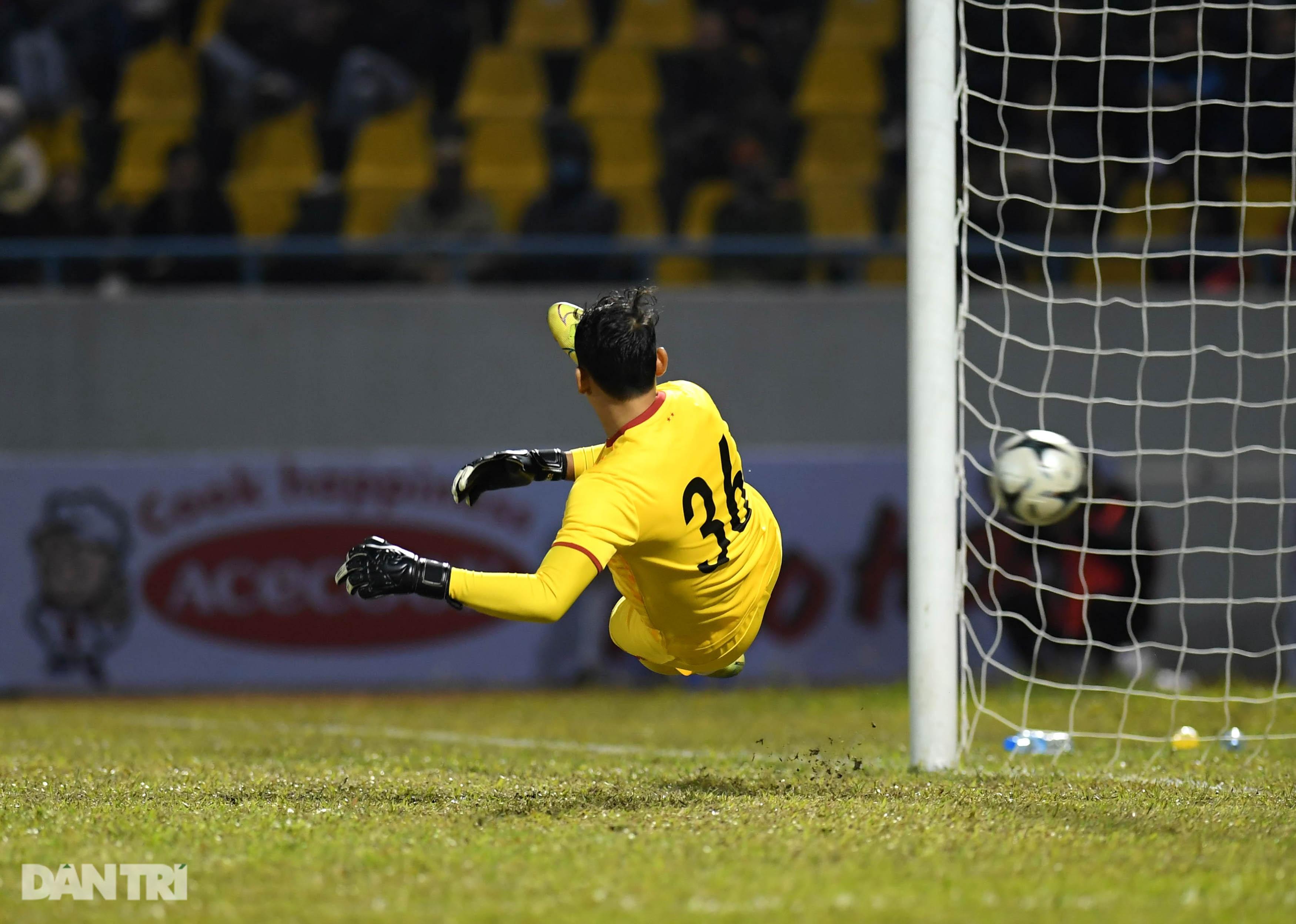 Văn Quyết ghi điểm trong chiến thắng của tuyển Việt Nam trước đàn em U22 - 16