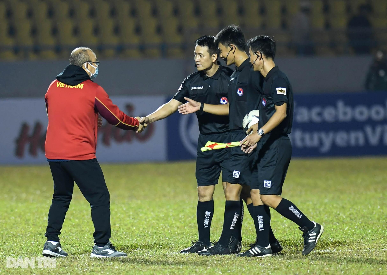 Văn Quyết ghi điểm trong chiến thắng của tuyển Việt Nam trước đàn em U22 - 25